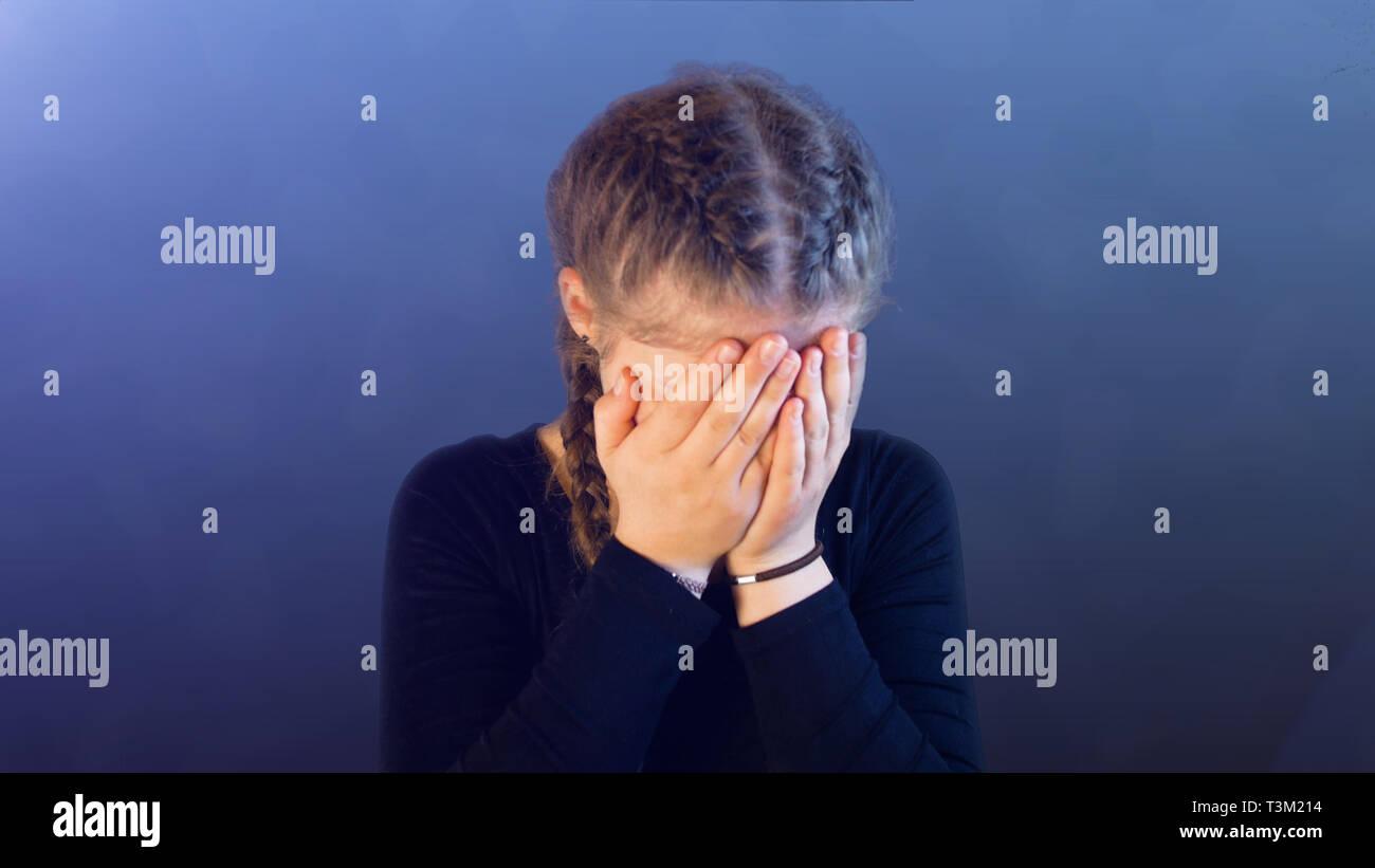 Adolescente con pigtails, siendo atacado por los medios de comunicación social, creando estrés emocional Imagen De Stock