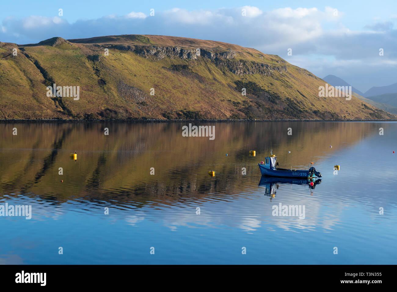 Coloridos reflejos en las tranquilas aguas del lago Loch Harport en la Isla de Skye, la región de tierras altas, Escocia, Reino Unido Foto de stock