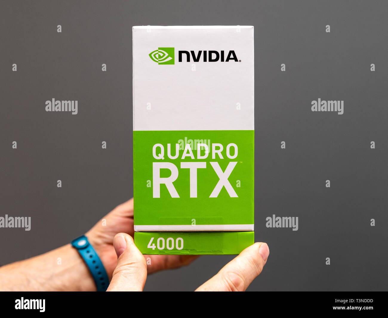 París, Francia - 28 de marzo de 2019: Senior hombre mostrando las cajas de cartón antes de unboxing de estación de trabajo NVIDIA Quadro RTX 4000 GPU mejores características para CGi y arquitectos Foto de stock