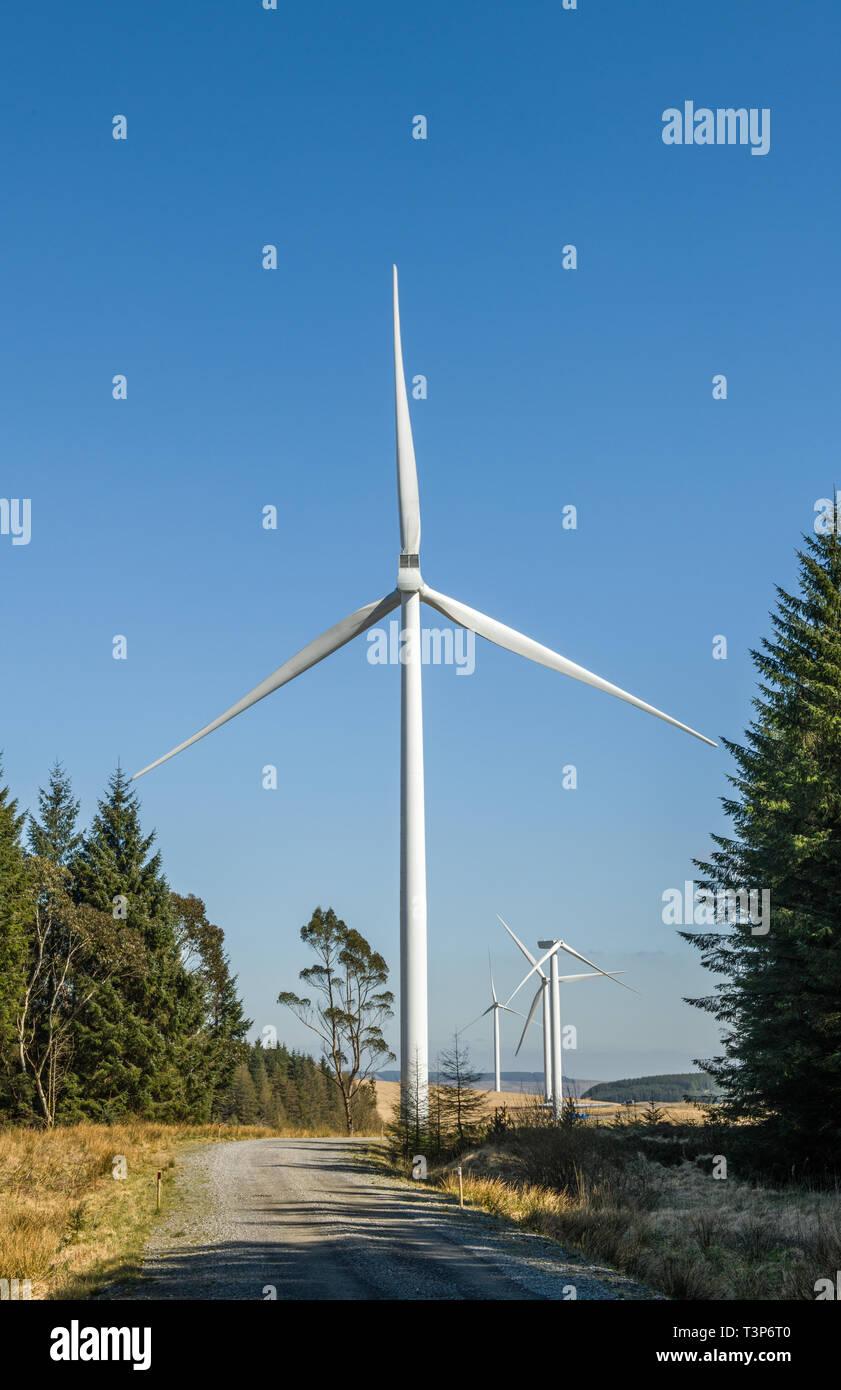 La generación de electricidad en la turbina de viento por encima de las colinas de la Rhondda Valley. Esta zona tiene varios grandes parques eólicos para aumentar la producción de energía verde. Foto de stock