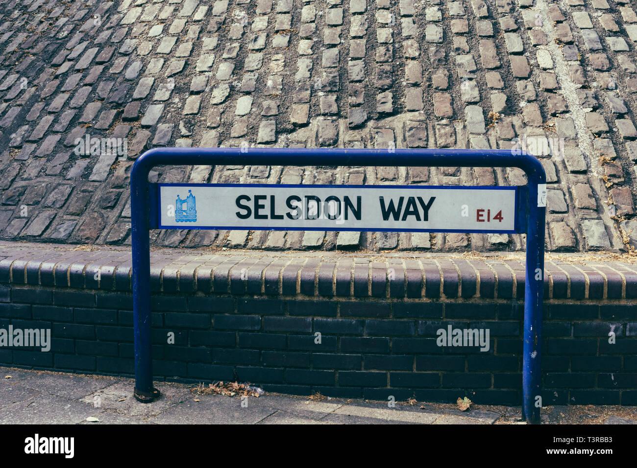 Londres, Reino Unido - 23 de julio de 2018: Selsdon forma cartel con el nombre de la calle, el distrito londinense de Tower Hamlets, REINO UNIDO Foto de stock