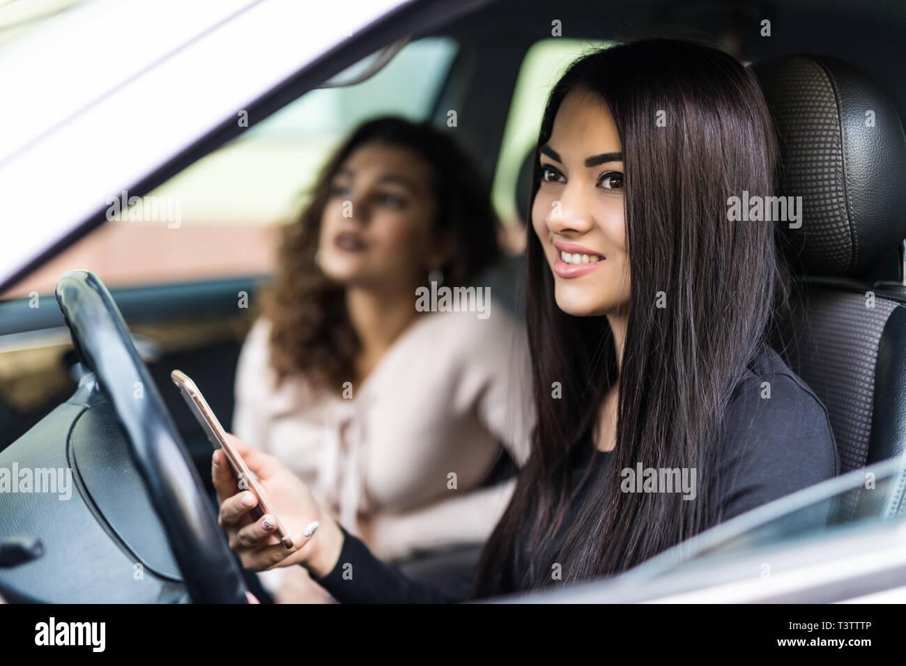 Dos Hermosas Muchachas Bonitas Y Conducir En Coche De Sus