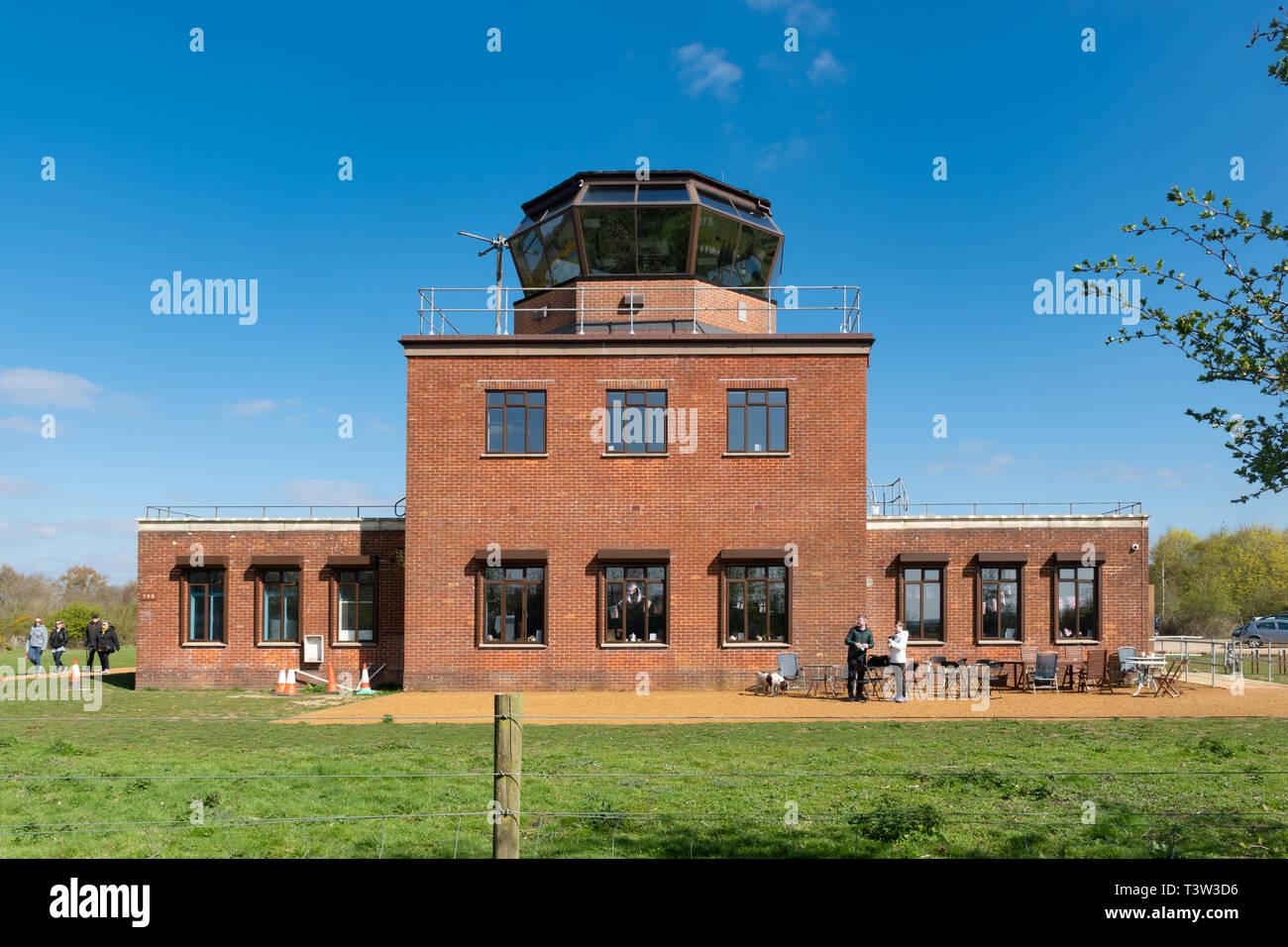 La torre de control en el Greenham Common cerca de Newbury, Berkshire, Reino Unido, recientemente abierto al público. Imagen De Stock