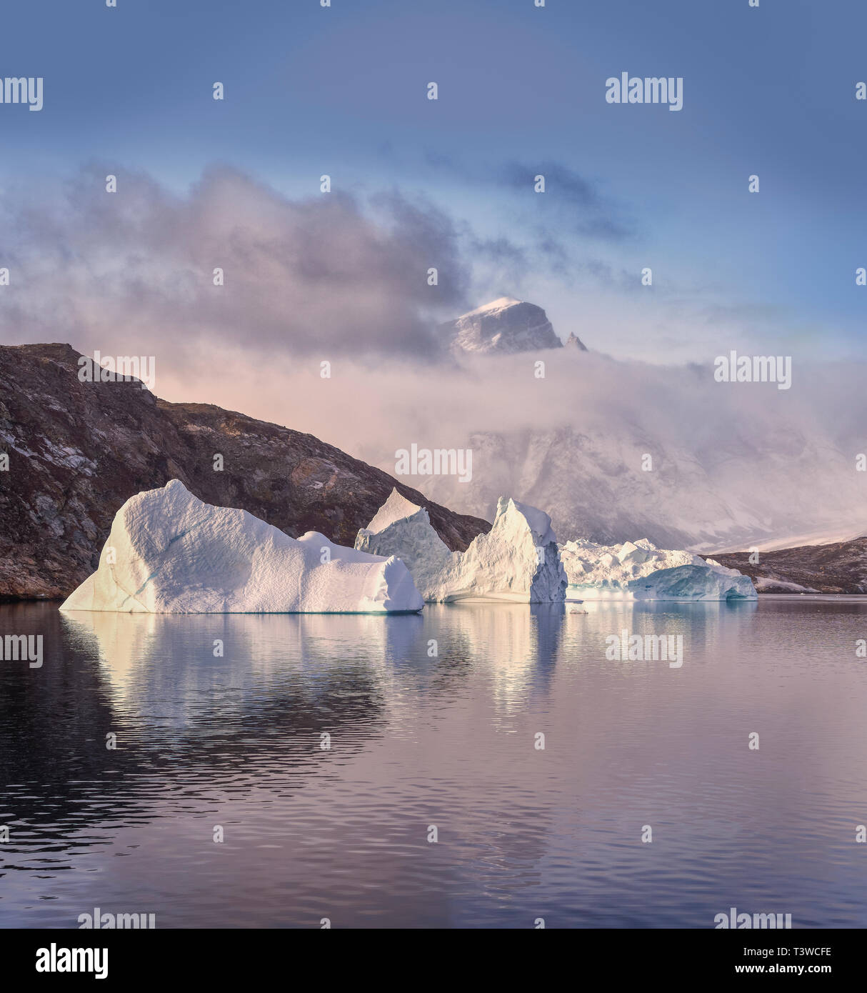 Los icebergs, Scoresbysund, Groenlandia Foto de stock