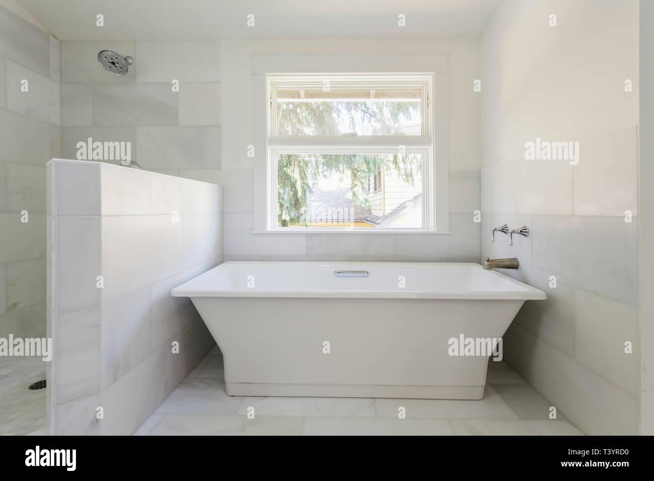 Bañera y ducha en el cuarto de baño moderno Foto & Imagen De ...
