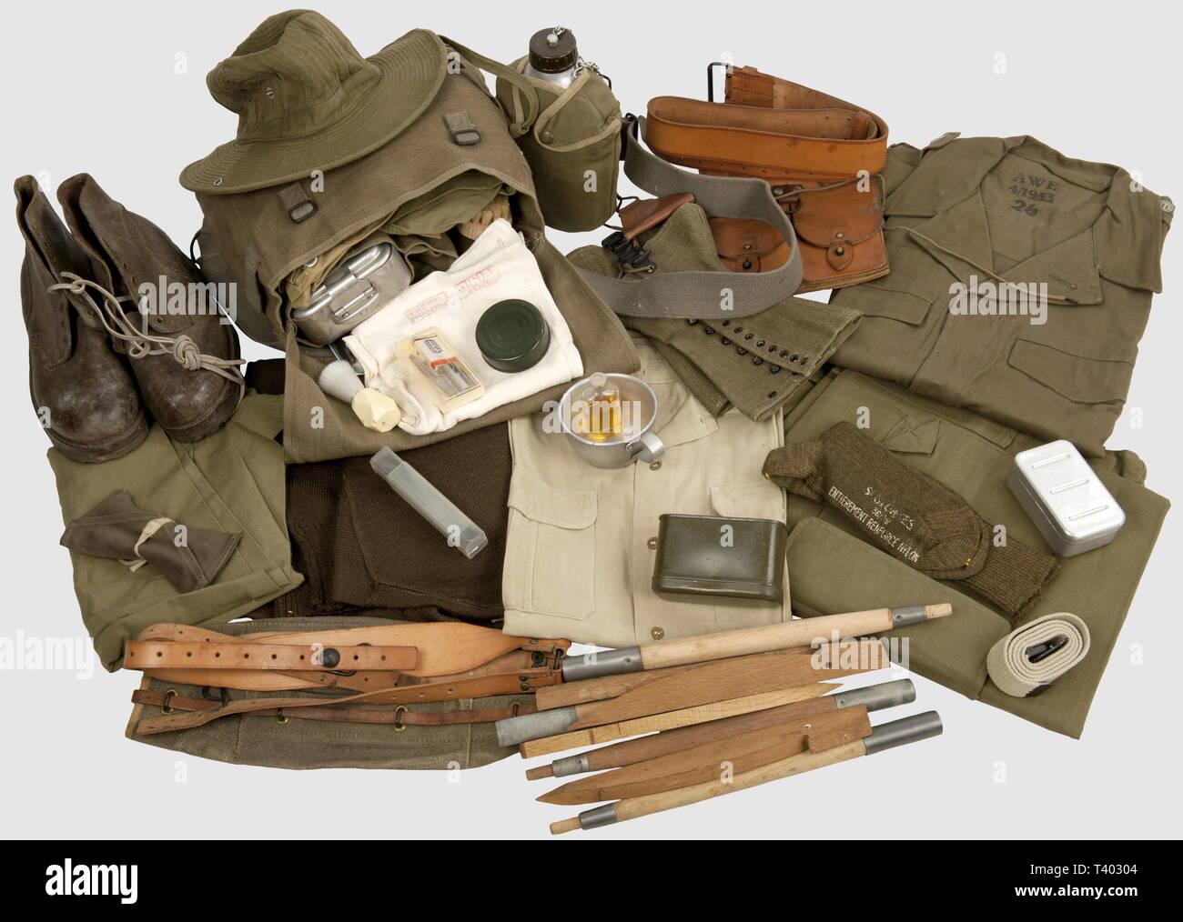 GUERRE D'INDOCHINE - GUERRE D'Algerie, Soldat francais en Algérie, Chapeau de brousse M-49, veste de combat 47/52 toutes armes (boutons allemands datée 2ème GM) 53, pantalon 47/50 daté 52, chemise M-48, ceinturon et triangle de suspensión M-45 en cuir, bretelles de suspensión 57, daté paire de cartouchières M-45 (l'une datée 57), couvre-culasse bidon daté daté 58, 58 avec hijo quart et sa housse datée 55, pull-más de laine M-47, mât de tente en 4 et 4 piquets élements bois, garnie trousse à couture, masque à gaz-51 ANP avec étui toile complet (datés 63 et 58, orla 54. No, sólo Editorial-Use Foto de stock