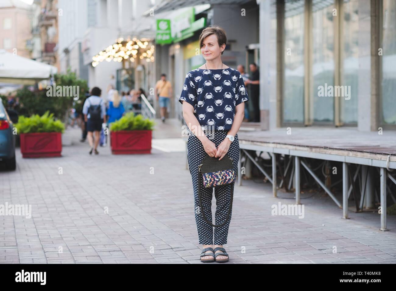 614a71af0 Retrato de cuerpo completo al aire libre de moda mujer hermosa joven con  una pequeña bolsa
