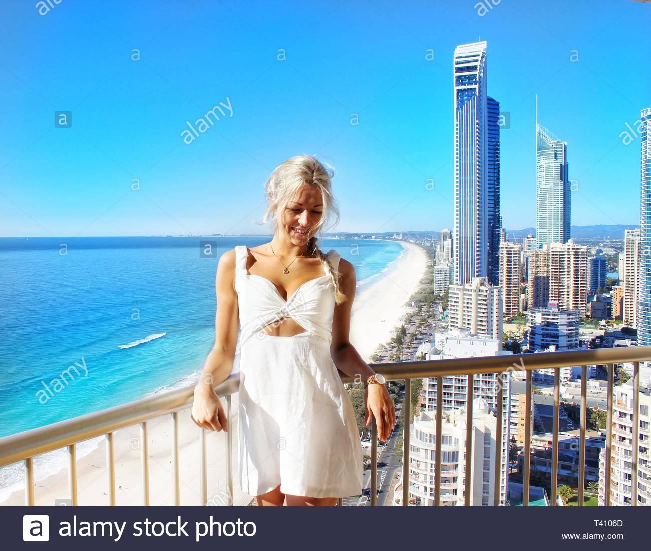 Las mujeres blancas del vestido sin mangas Imagen De Stock
