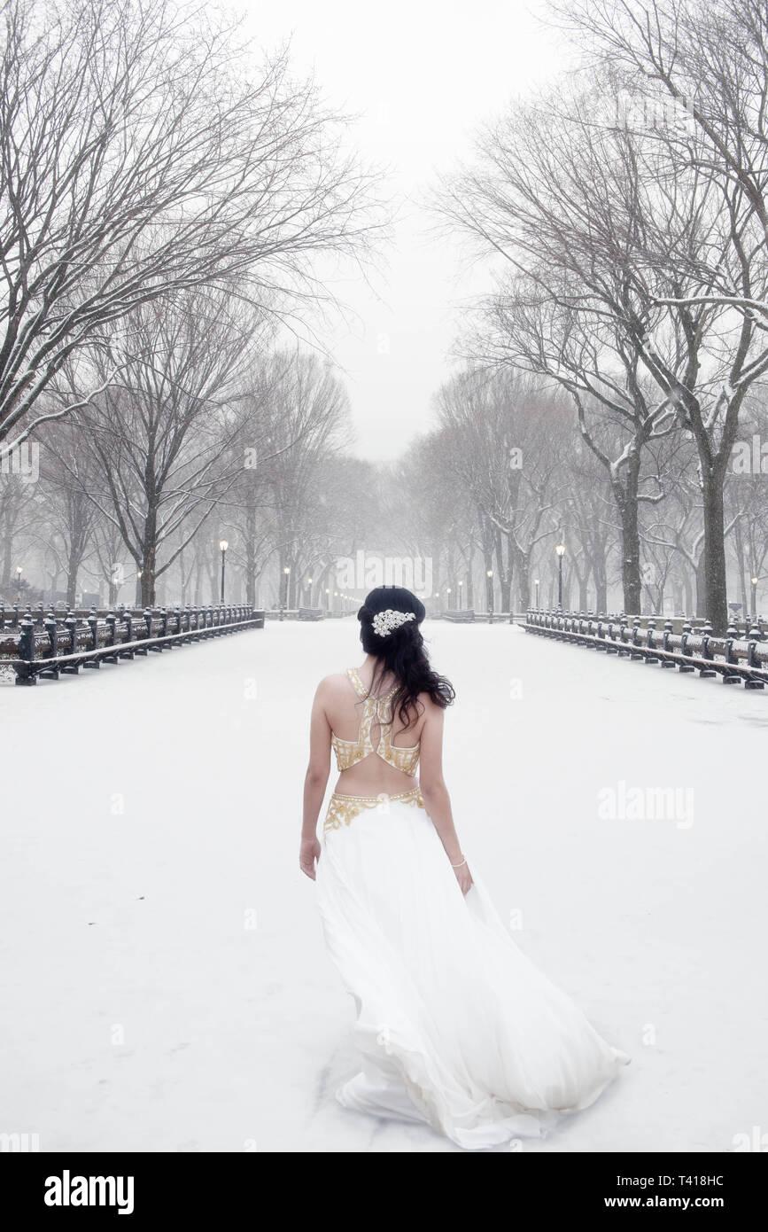 Mujer Vestida De Un Vestido Blanco De Pie En La Nieve