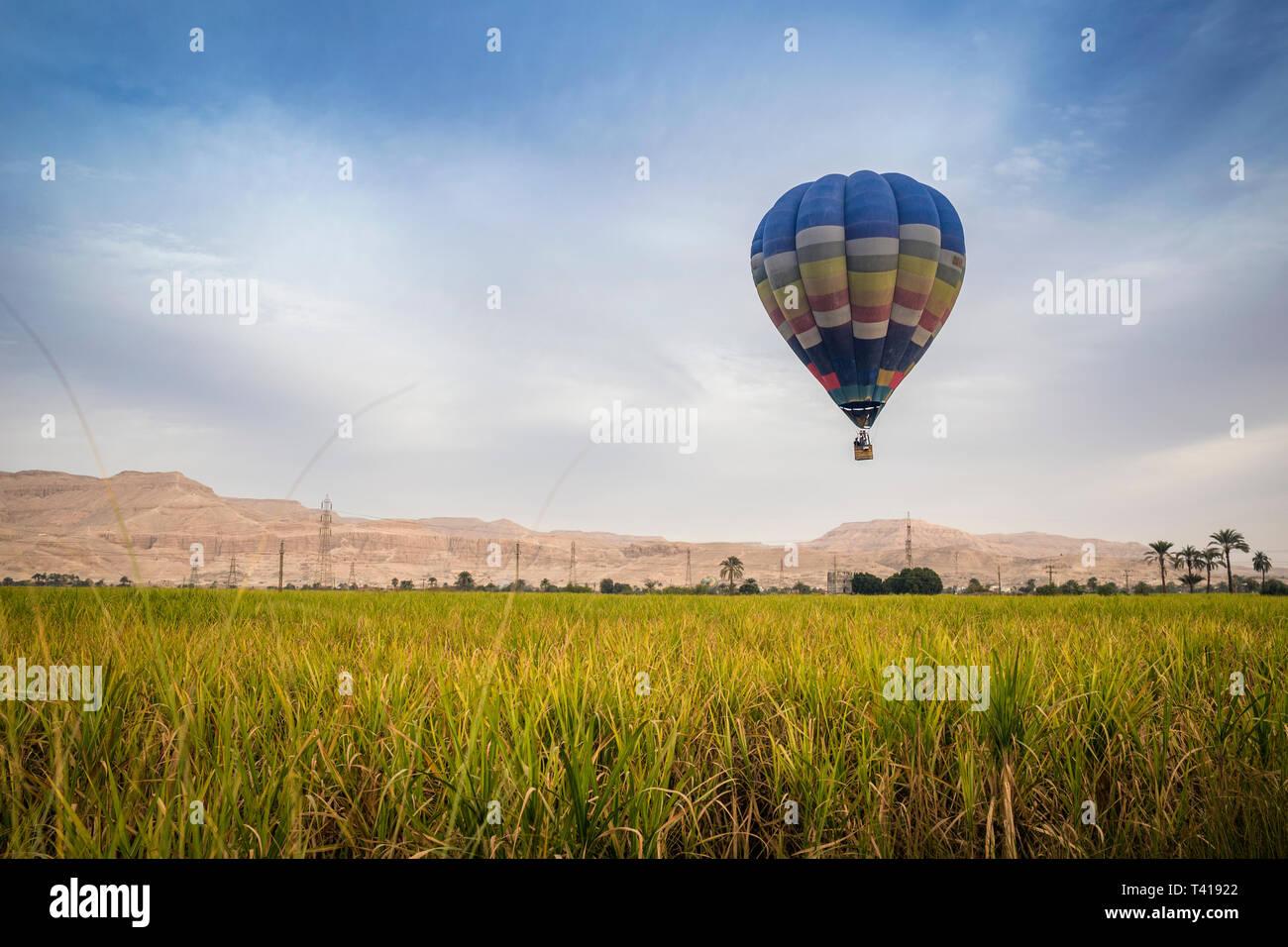Vuelo en globo de aire caliente sobre el valle de los Reyes, Luxor, Egipto Foto de stock
