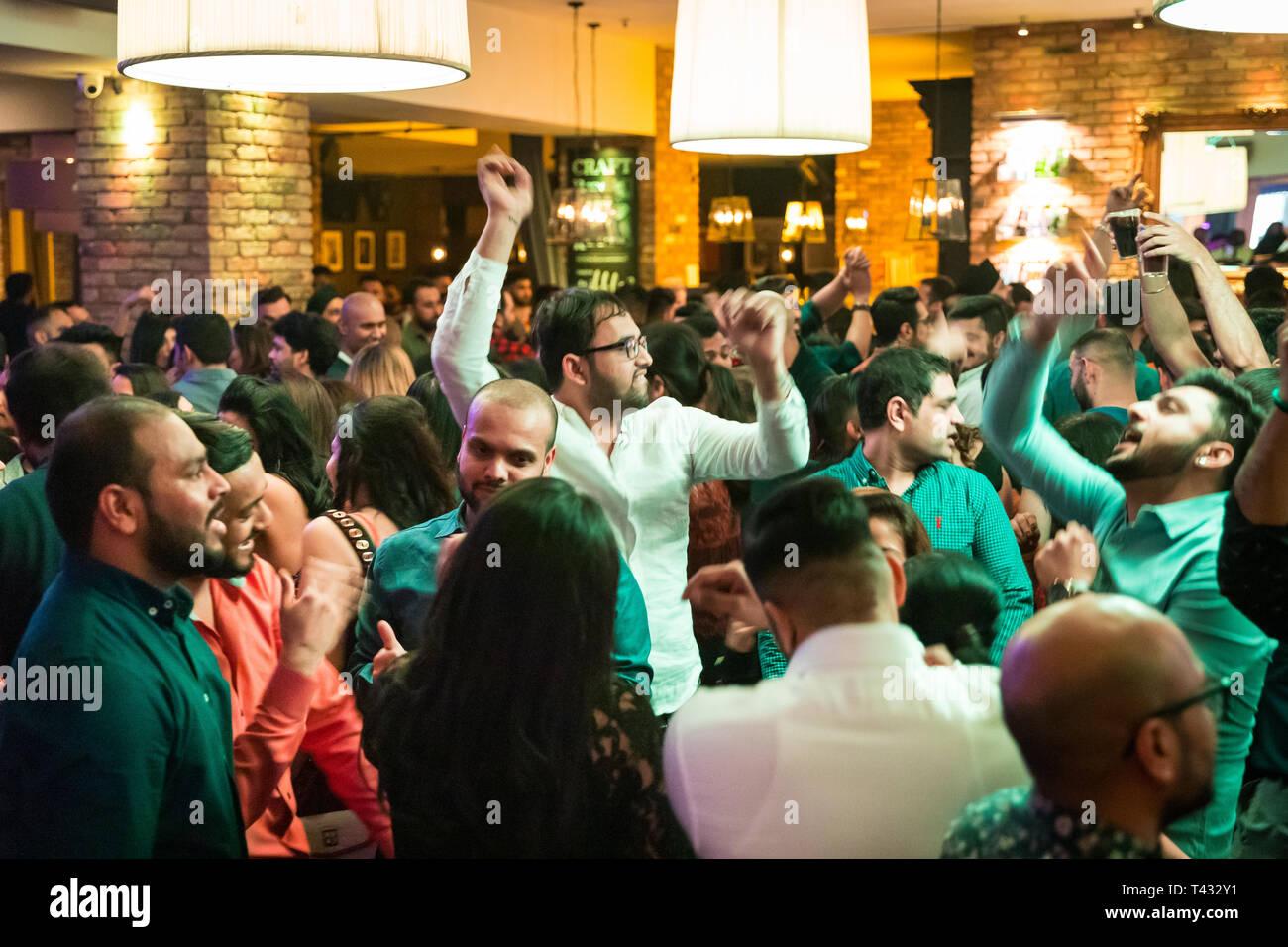 La gente de Asia bailando en un club Foto de stock