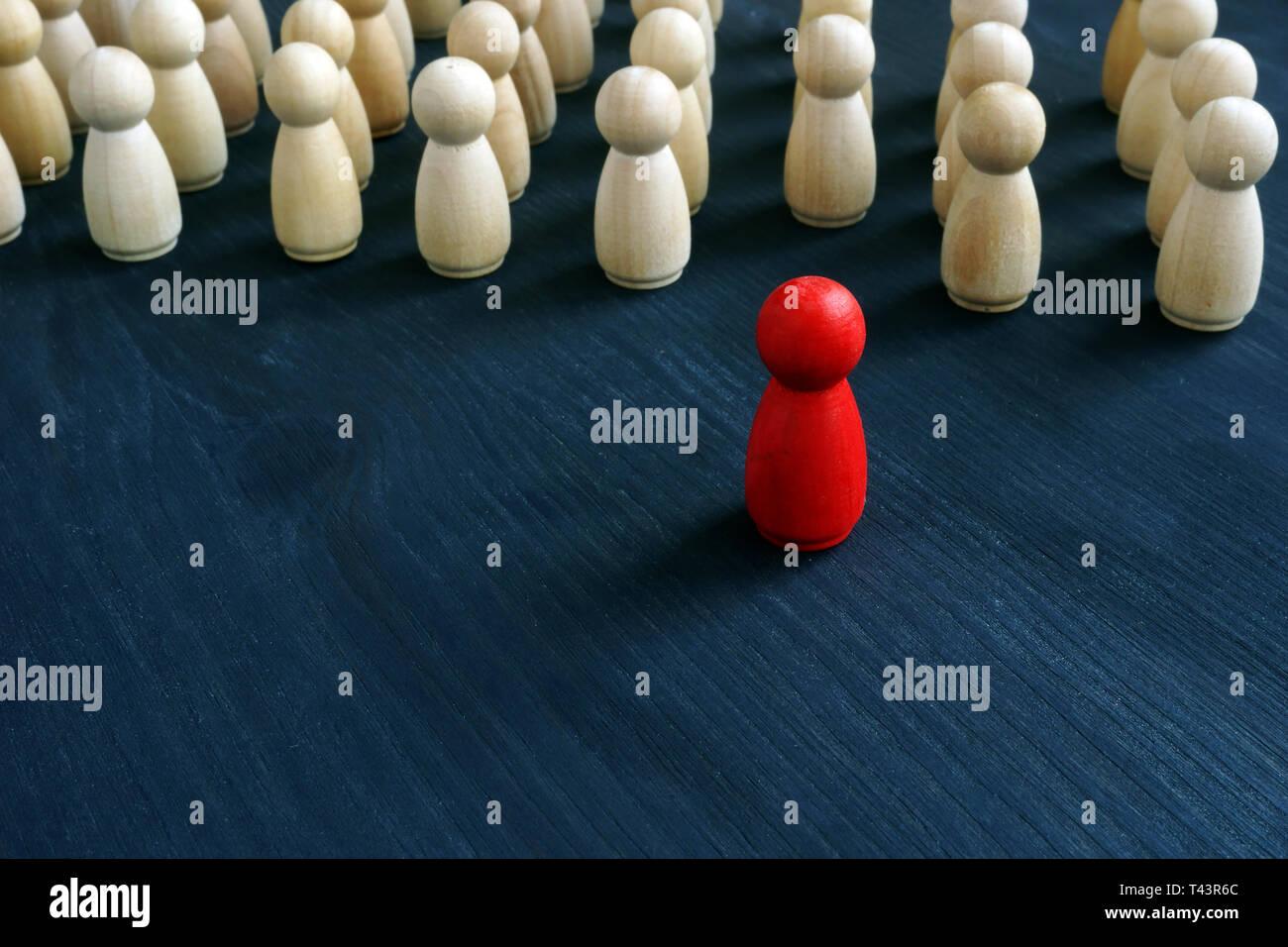 Figurilla roja en la parte delantera de la línea como símbolo de liderazgo. Destaque entre la multitud concepto. Foto de stock