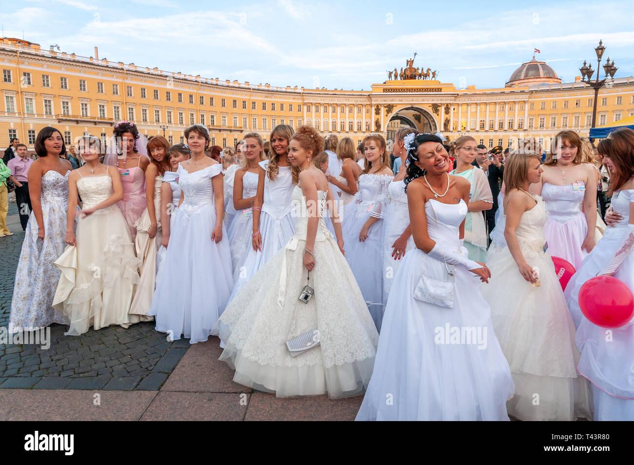 10cab827e Grupo de jóvenes mujeres que llevaban vestidos de novia en ...