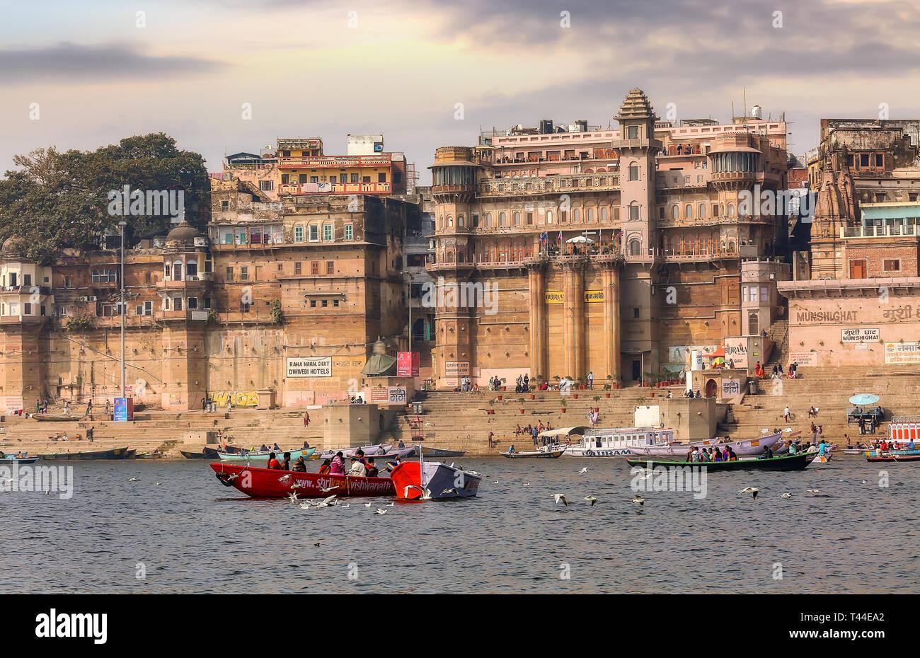 La arquitectura histórica de la ciudad de Varanasi con Banco Río Ganges al atardecer visto desde un barco Imagen De Stock