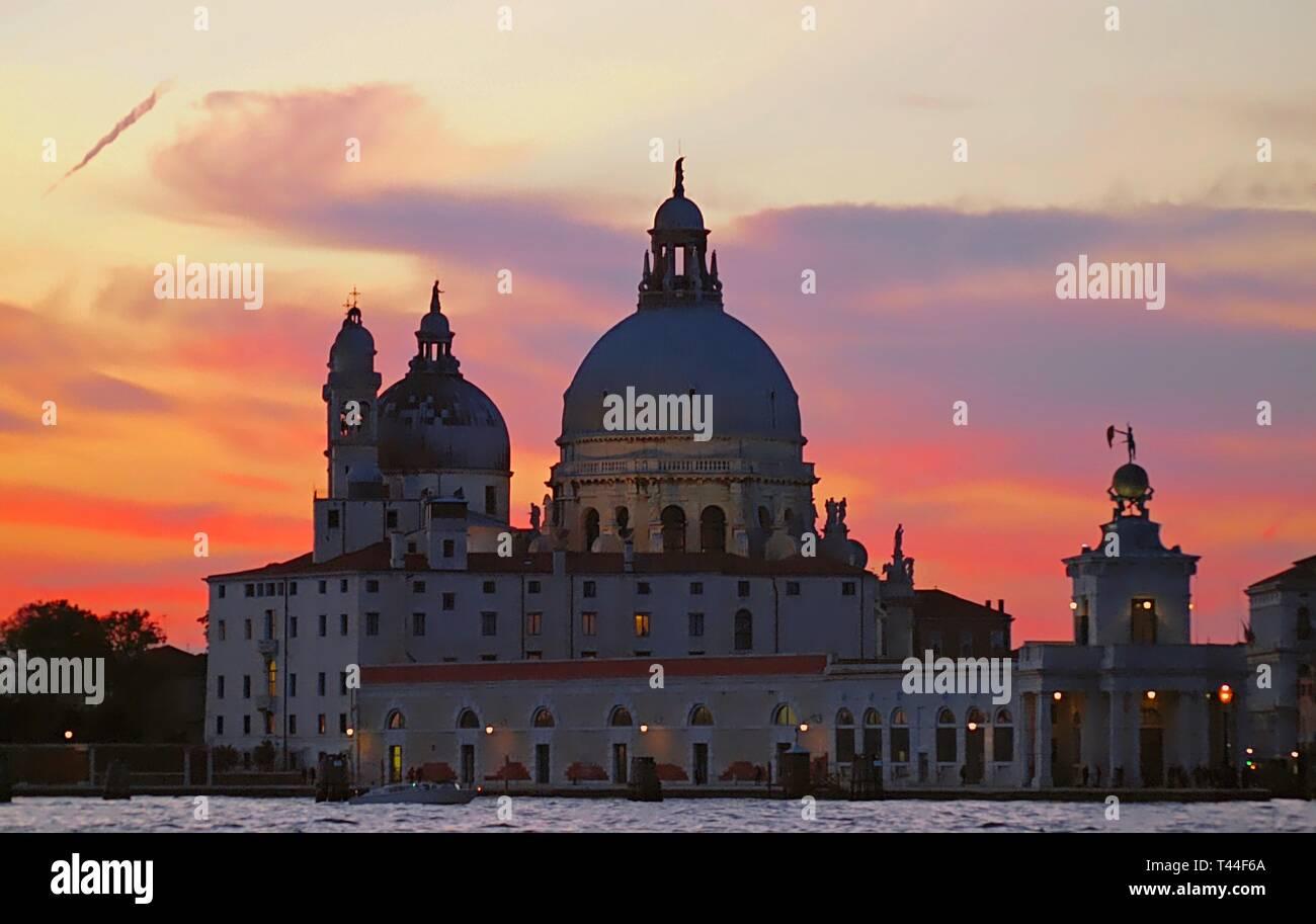 Catedral de Santa Maria della Salute en Venecia durante la puesta de sol Foto de stock