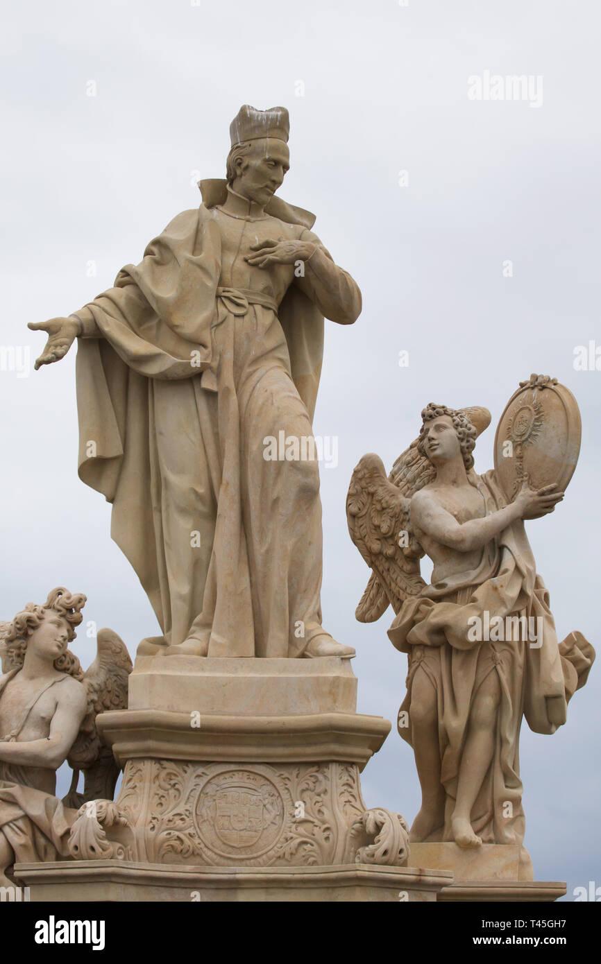 Estatua barroca de San Francisco de Borja, rodeado por los ángeles por el escultor checo Ferdinand Maxmilián Brokoff en el Puente de Carlos en Praga, República Checa. La estatua actual en el puente es una copia fechada en 2018-2019 después de un original data de 1710. Foto de stock