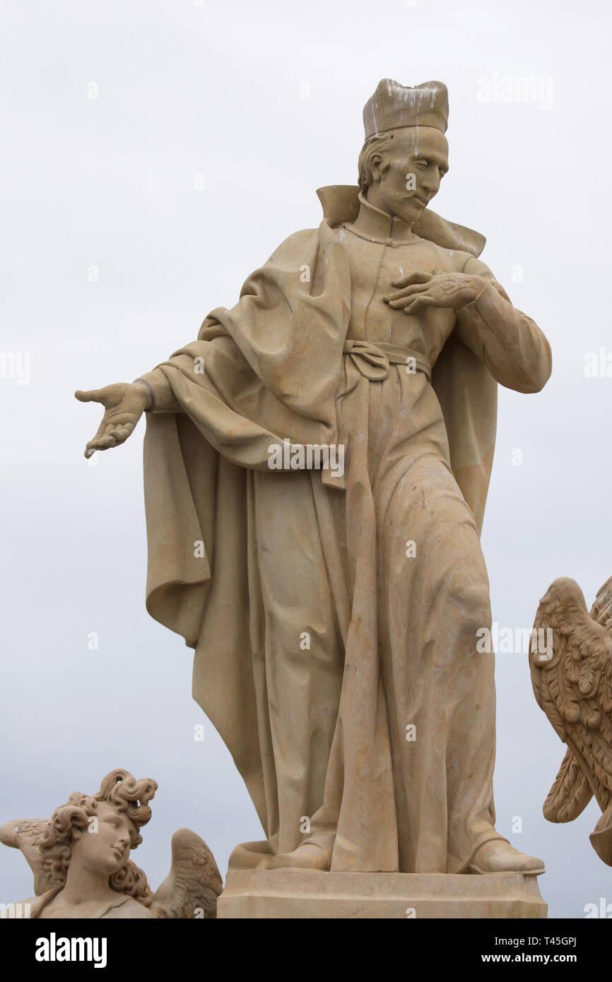 Estatua barroca de San Francisco de Borja por el escultor checo Ferdinand Maxmilián Brokoff en el Puente de Carlos en Praga, República Checa. La estatua actual en el puente es una copia fechada en 2018-2019 después de un original data de 1710. Foto de stock