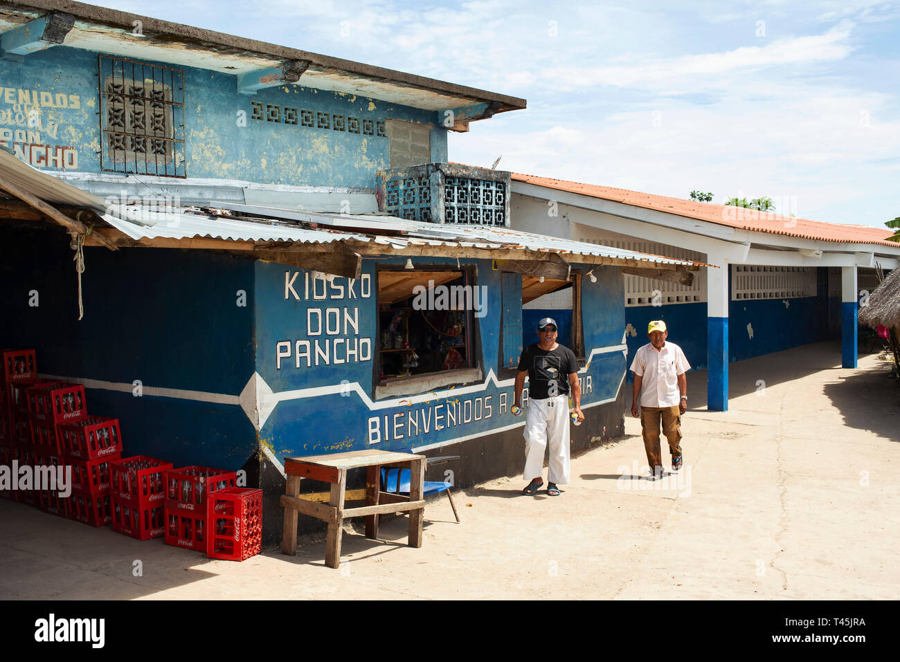Hombre local obteniendo cervezas en la tienda en Carti Sugtupu; una de las islas de Carti en Guna Yala aldeas indígenas. Las islas de San Blas, Panamá. Oct 2018 Foto de stock