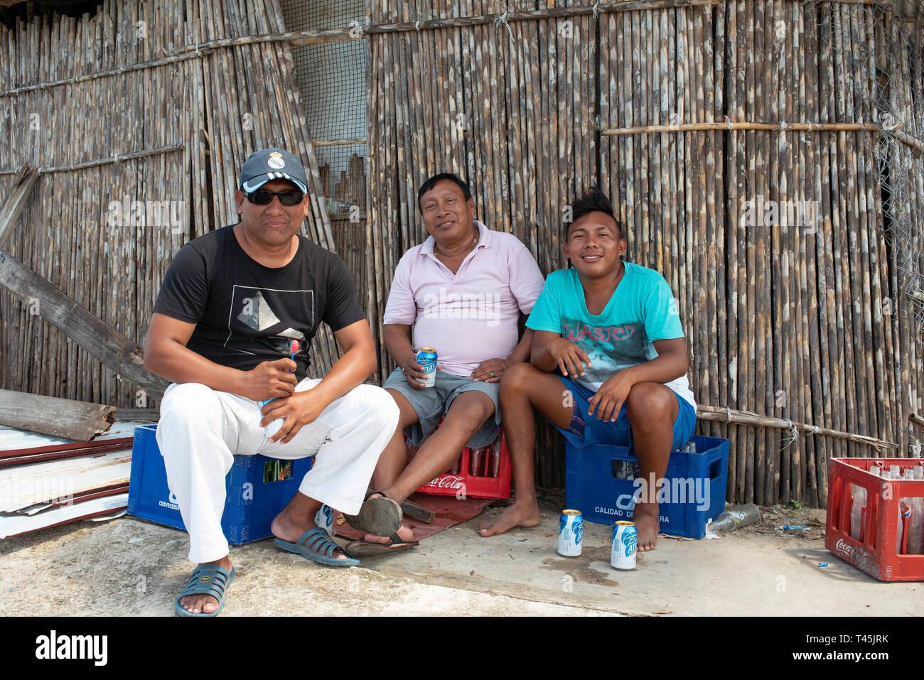 Los hombres Kuna disfrutando cervezas en Carti Sugtupu; una de las islas de Carti en Guna Yala aldeas indígenas. Las islas de San Blas, Panamá. Oct 2018 Foto de stock