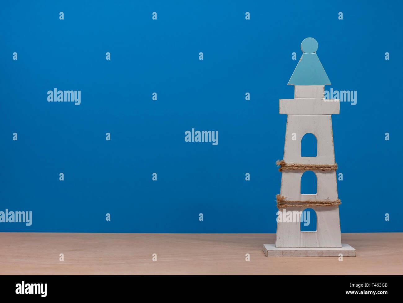 Juguete faro sobre fondo azul con copyspace Imagen De Stock