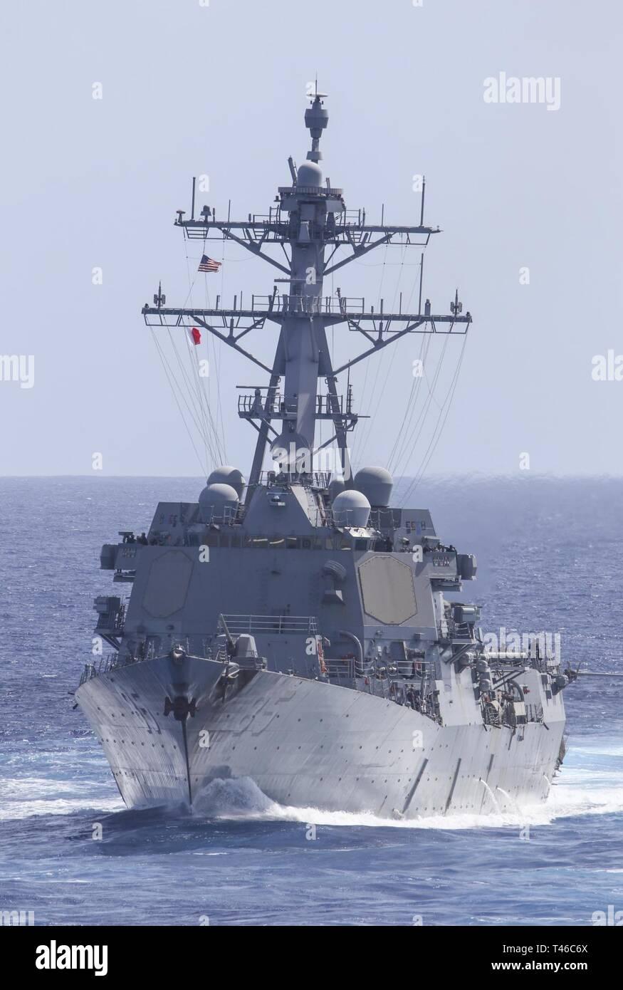 Océano Pacífico (11 de marzo de 2019) La clase Arleigh-Burke misiles guiados destructor USS McCampbell (DDG 85) transita el Océano Pacífico durante un ejercicio de entrenamiento con otros buques de guerra de la Marina de los EE.UU. Los buques de guerra de la Marina de EE.UU. entrenan juntos para aumentar la habilidad táctica, la letalidad y la interoperabilidad de las unidades participantes en una época de gran potencia para la competencia. Foto de stock