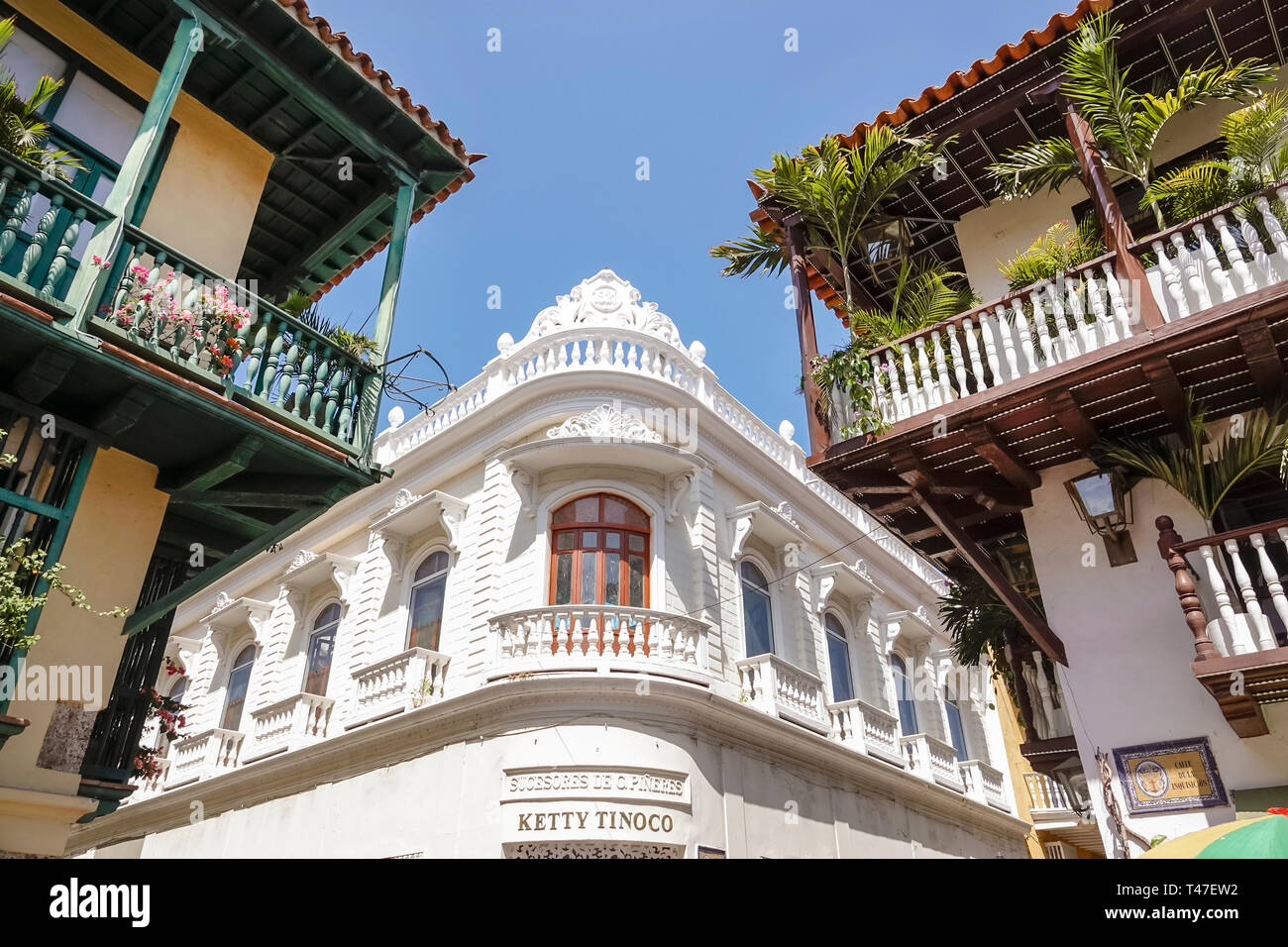 Colombia, Cartagena, Centro de la Ciudad amurallada, Centro, edificio Pineres, balcones de madera de arquitectura colonial, exterior del edificio, balaustrada, Ket Foto de stock