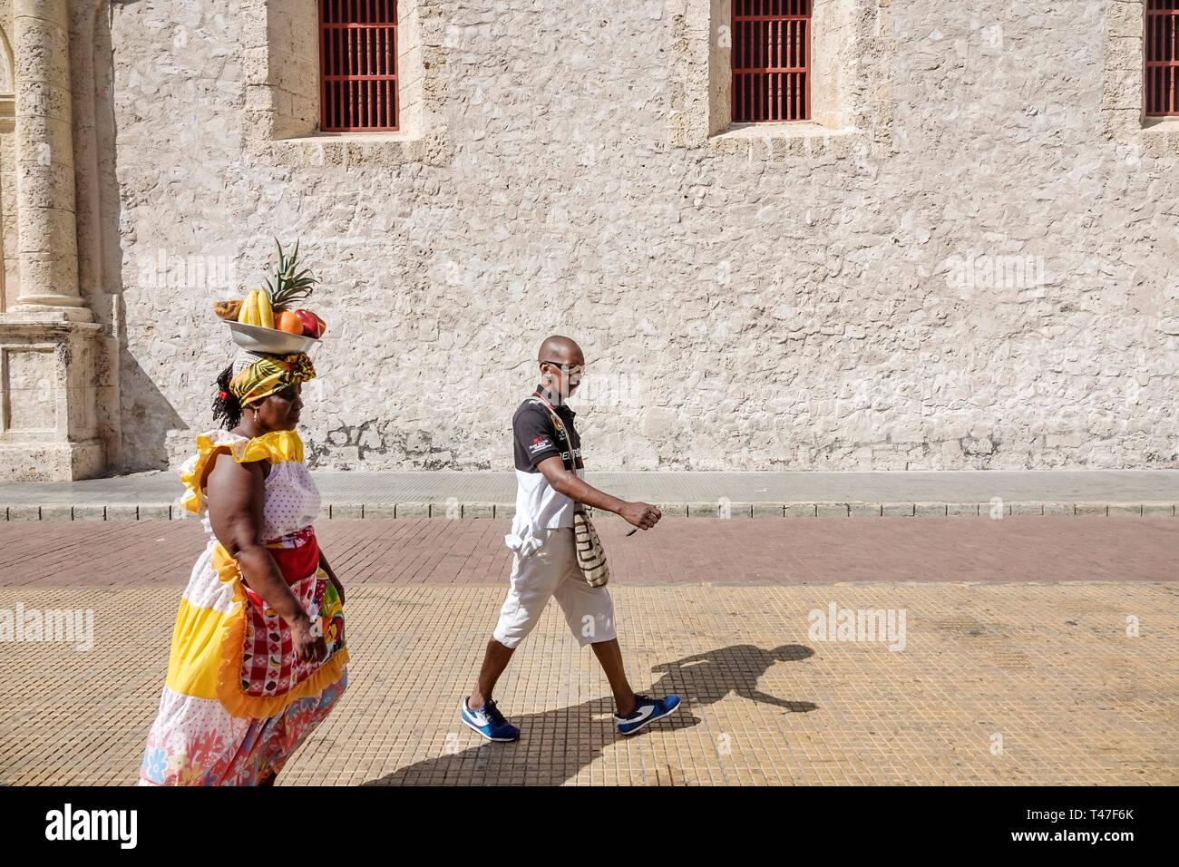 Cartagena Colombia el centro de la ciudad amurallada vieja Centro Afro-caribeño negra Palenquera mujer traje tradicional proveedor de fruta símbolo del patrimonio cultural Imagen De Stock