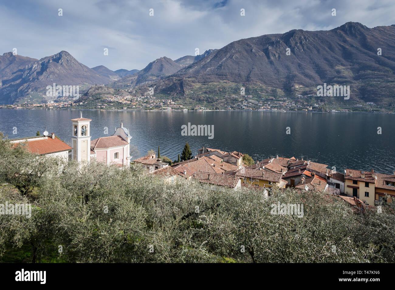 Olivar y Carzano pueblo de Monte Isola, el lago de Iseo, Lombardía, Italia Foto de stock