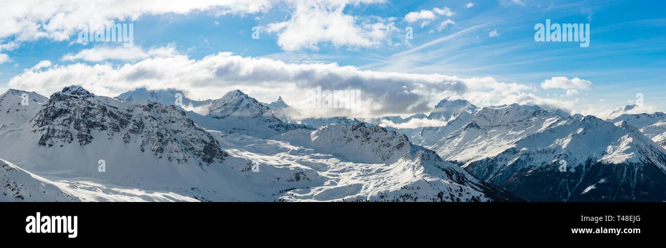 Amplio ángulo de visión panorámica de los alpes suizos durante el invierno. Foto de stock