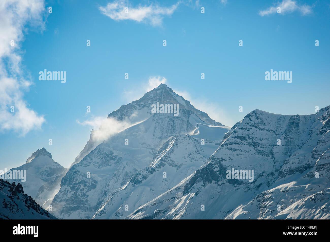 La Dent Blanche montaña, culminando a 4'357 metros, Valais, Suiza. Foto de stock