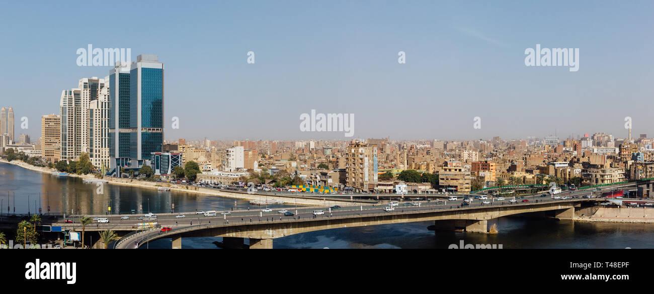 Vista panorámica del 15 de mayo de puente, el río Nilo y el Corniche Street, en el centro de El Cairo. Foto de stock