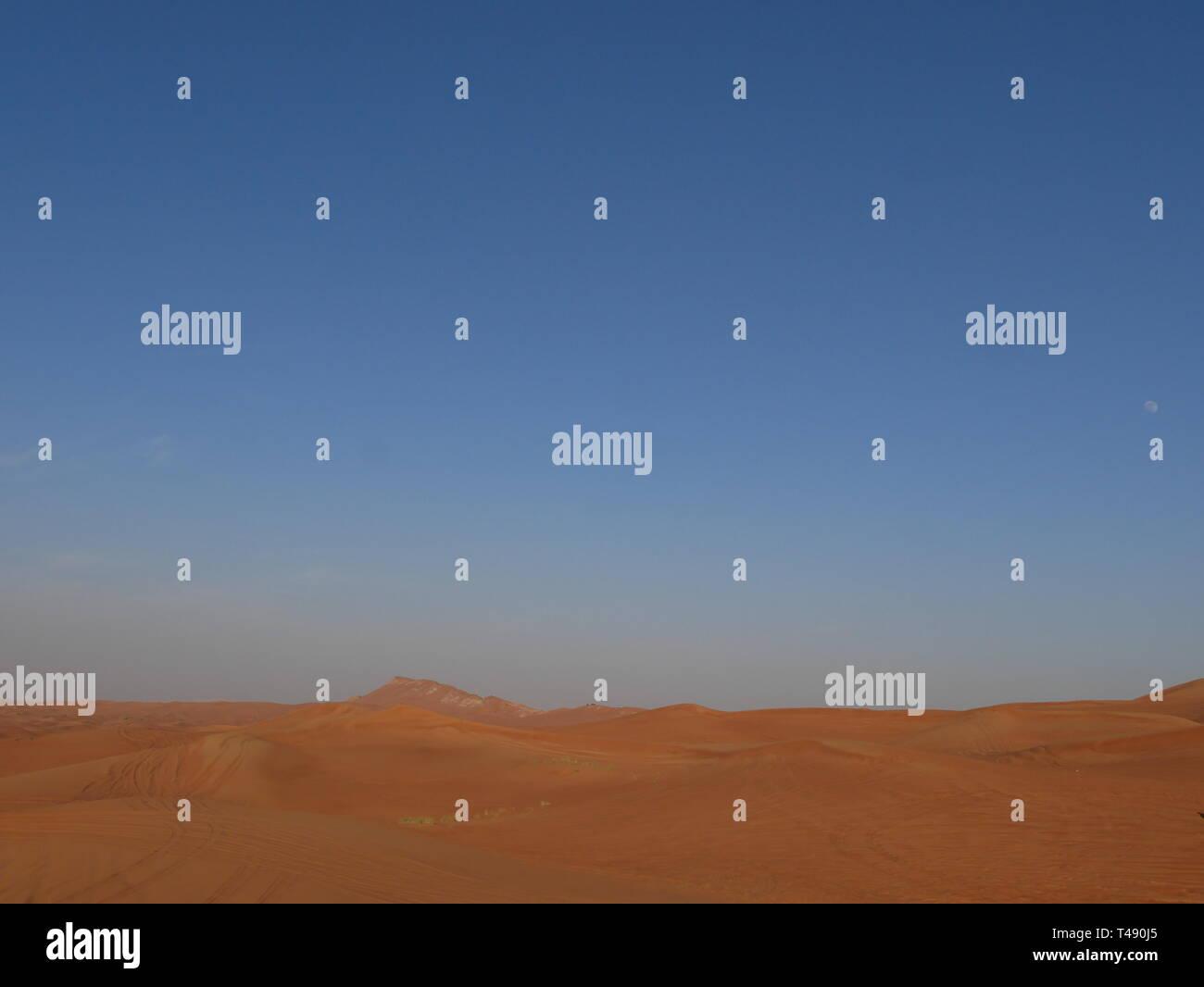 Un cielo azul sin nubes en un día caluroso desierto Imagen De Stock