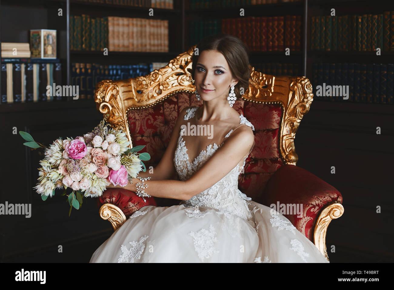 5b6279803c Niña morena de moda con maquillaje y brillante con elegantes aretes de moda  vestido de novia