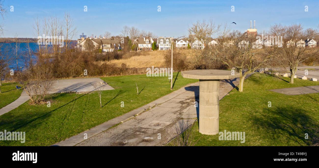 Detroit, Michigan - La base de una torre de radar es todo lo que queda de una guerra fría Nike sitio de misiles sobre el río Detroit, cerca de una vivienda nueva subdivis Imagen De Stock