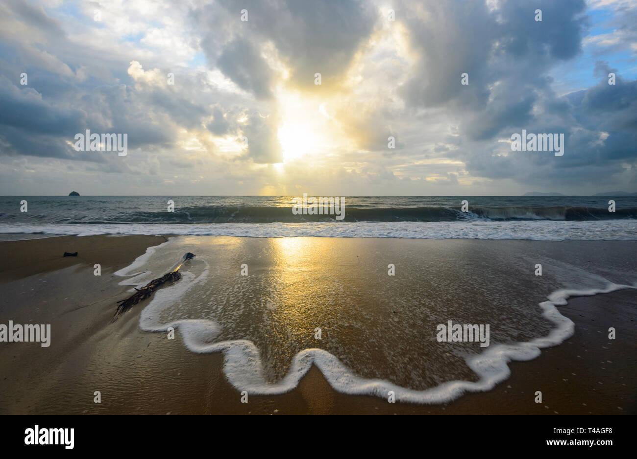 Suaves olas spume al amanecer, Palm Cove, playas del norte de Cairns, Far North Queensland, FNQ, Queensland, Australia Imagen De Stock