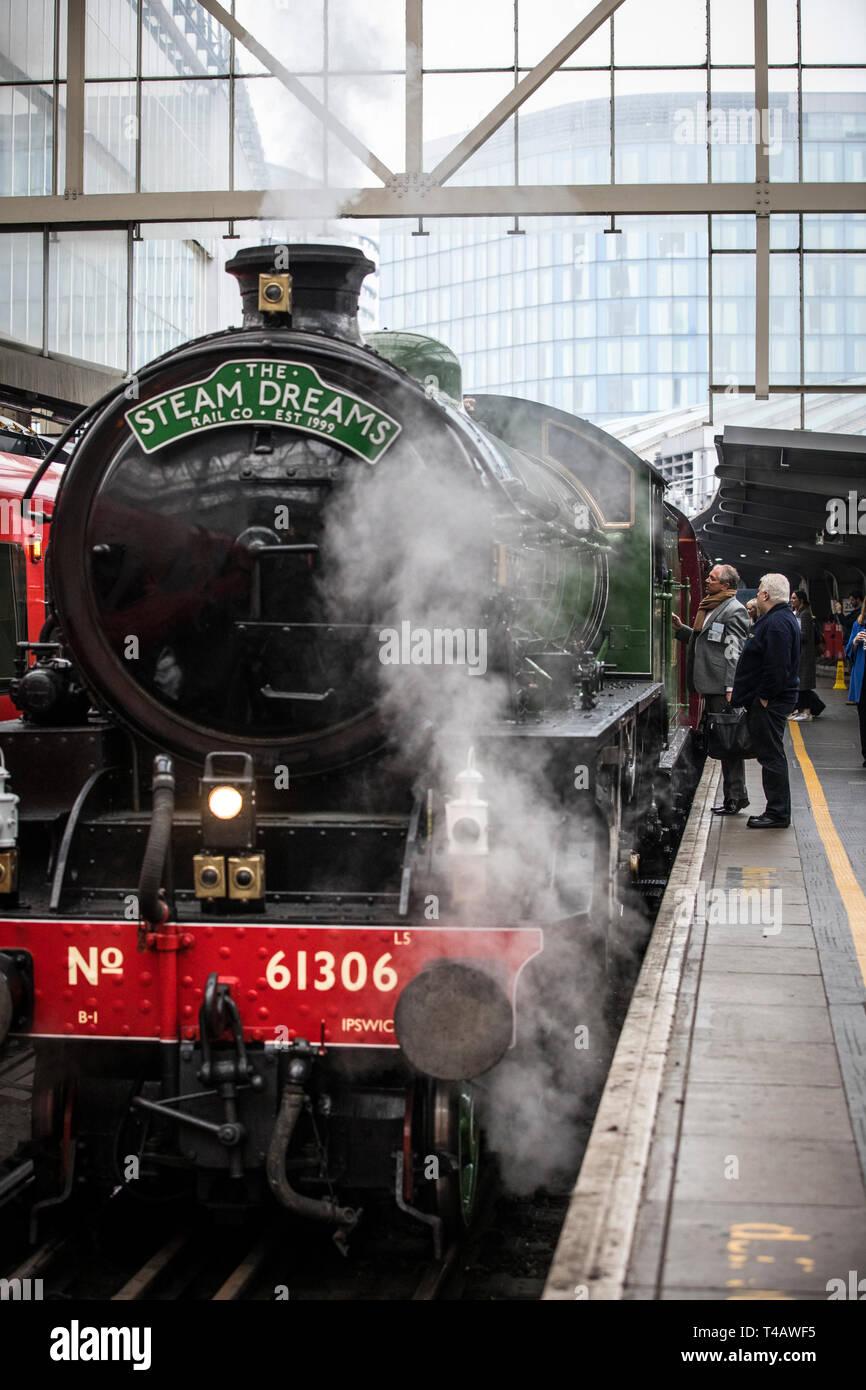 El tren de vapor Mayflower funcionarán en un horario regular por primera vez en 50 años desde London Waterloo en un viaje de ida y vuelta a través de Surrey Hills, REINO UNIDO Foto de stock
