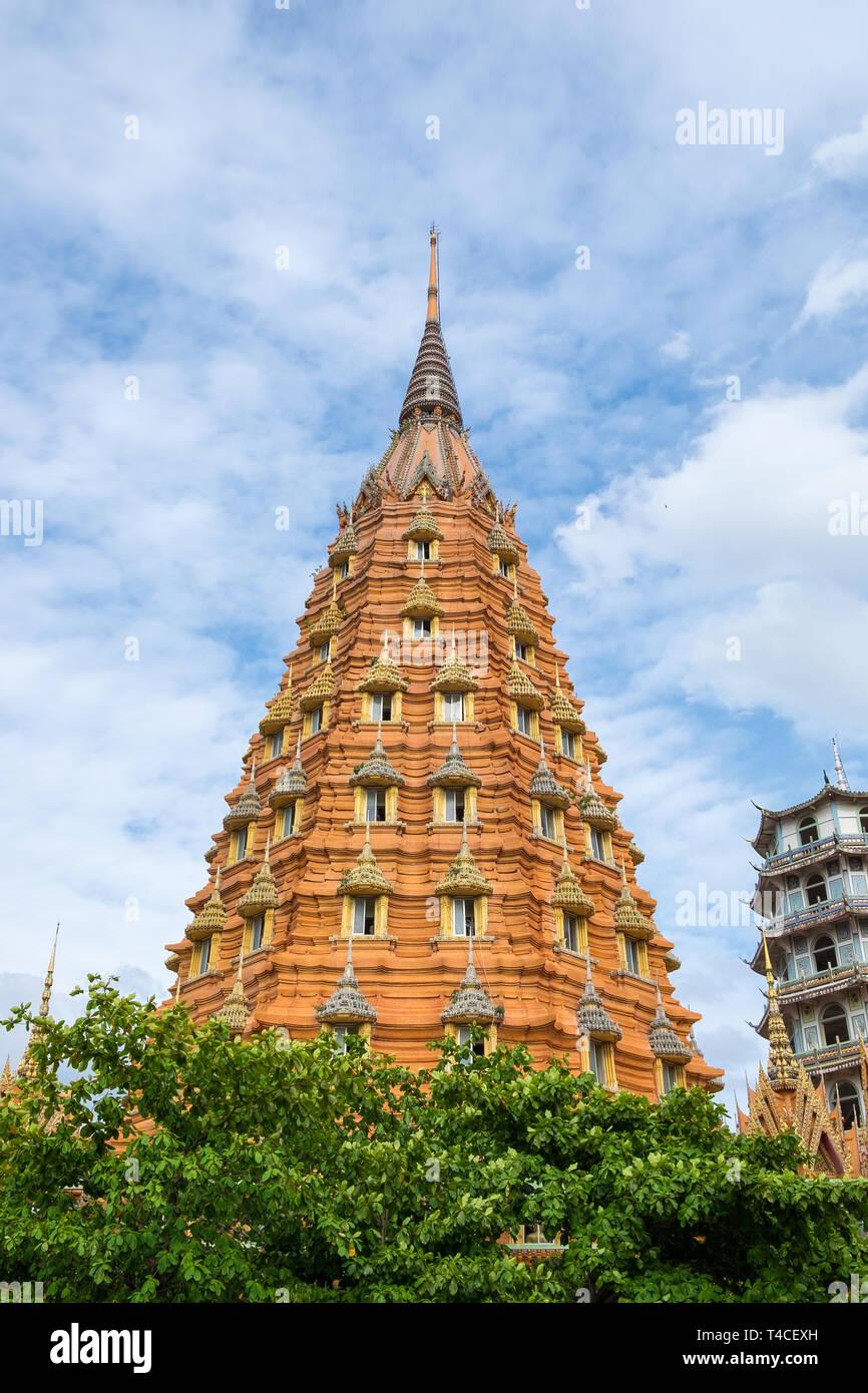 Arquitectura estupa de la pagoda de puerta en el templo Wat Tham sua, Cueva del Tigre,,Tailandia Kanchanaburi Imagen De Stock