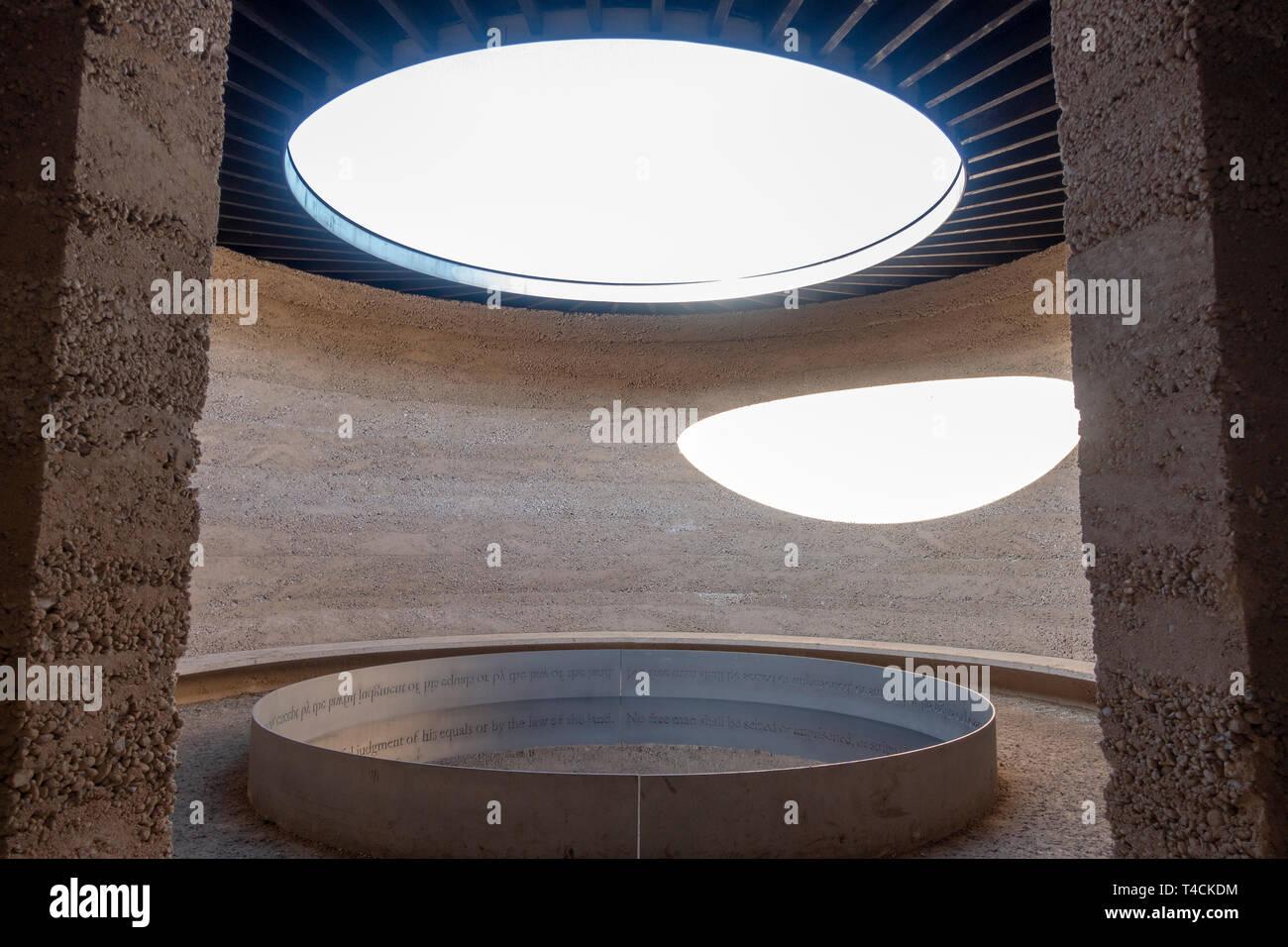 """Piscina reflectante interior dentro del """"escrito en el agua"""", una obra arquitectónica por Mark Wallinger en Runnymede, Surrey, Reino Unido. Foto de stock"""