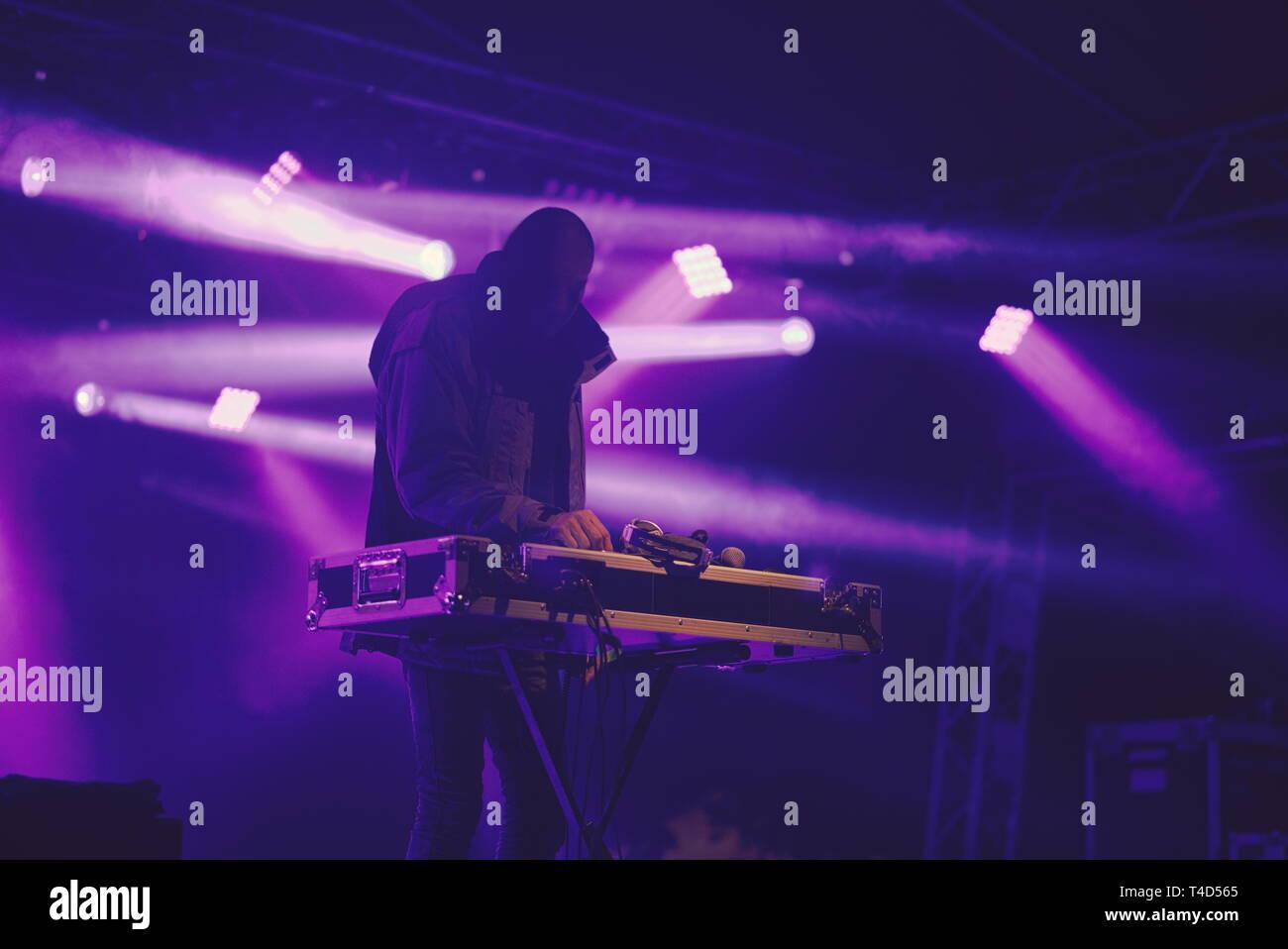 DJ en la cancha de estadio lleno de humo Foto de stock