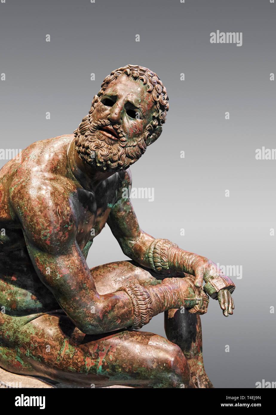 Raro griego original estatua de bronce de un atleta después de un combate de boxeo, un 1% BC. El atleta, sentado sobre una roca, está descansando después de un combate de boxeo Imagen De Stock