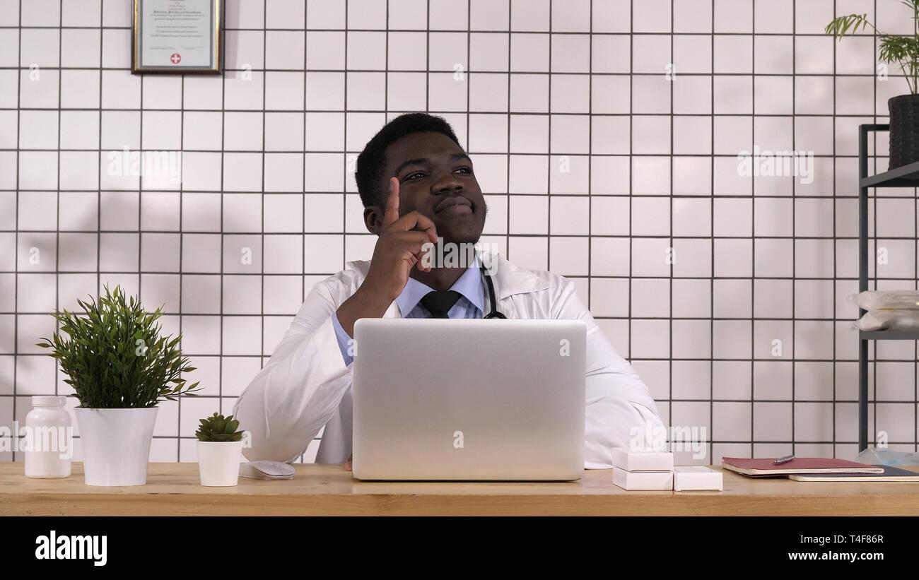 Hombre africano doctor dedo hasta tener una idea. Foto de stock