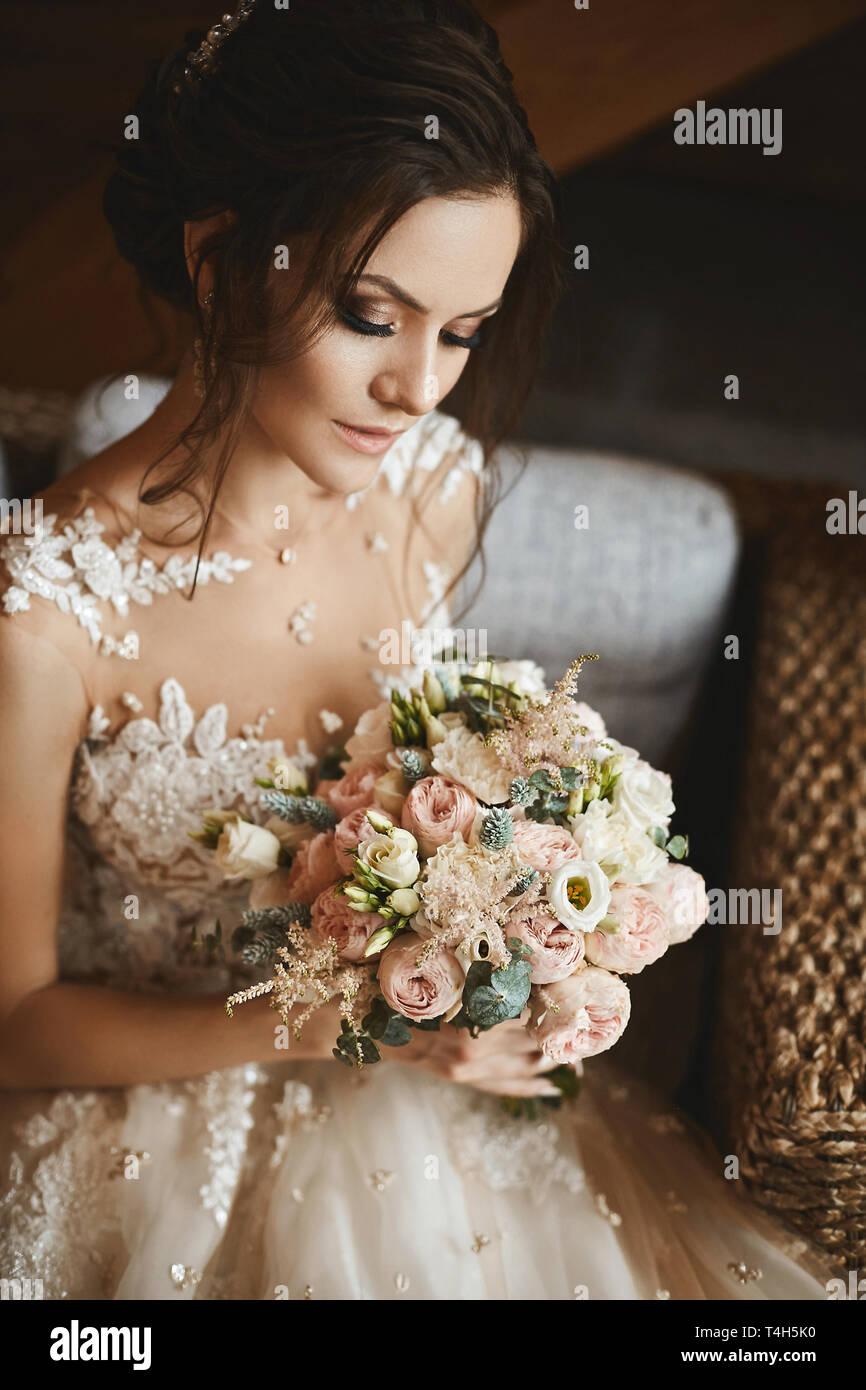 6228daf51b Elegante ramo de rosas y flores blancas en las manos de la bella modelo  chica de