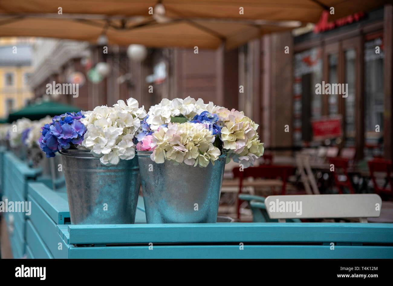 Flores Artificiales En Cubos Que Adornan La Terraza De