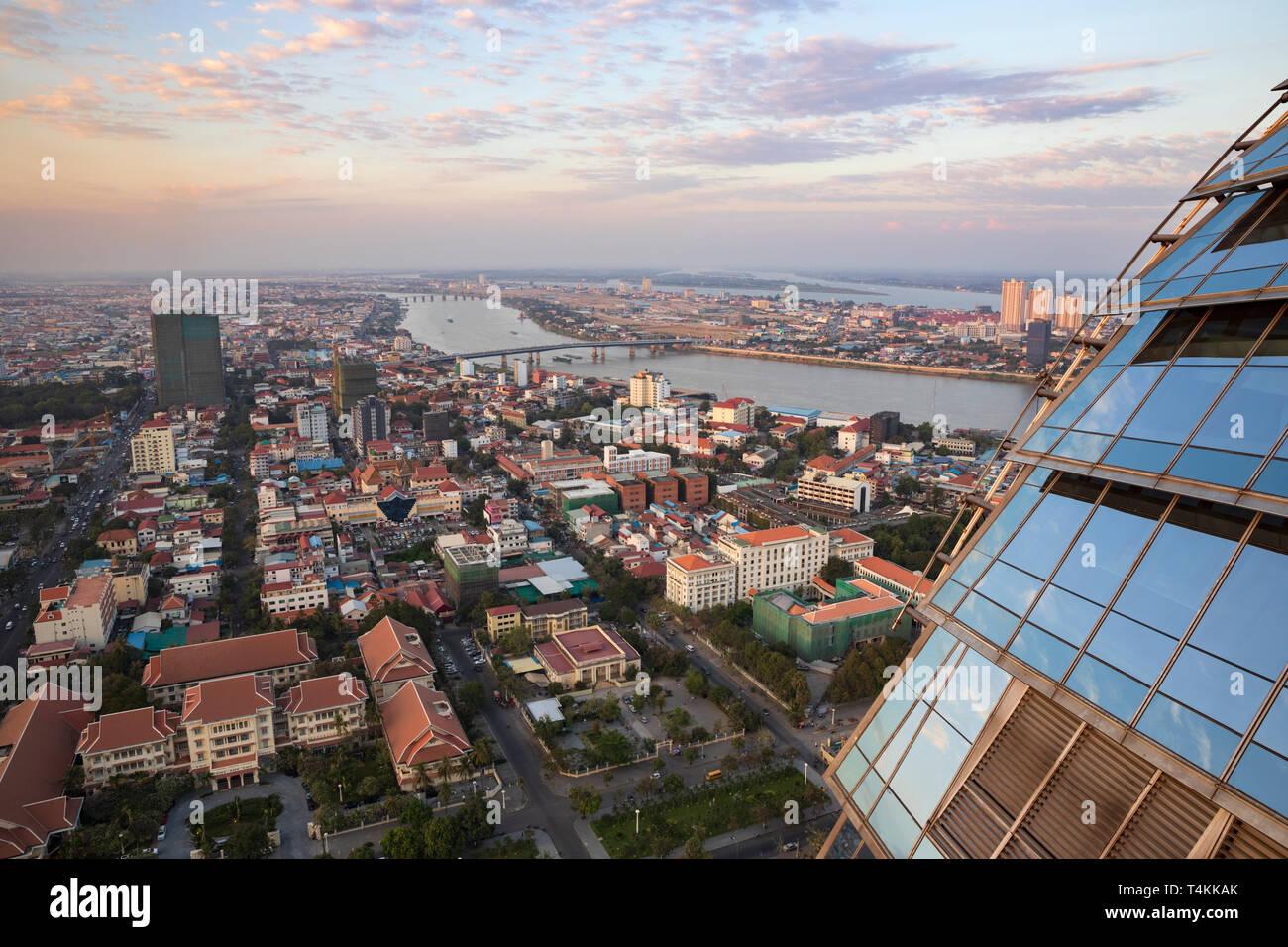 Vistas de la ciudad al atardecer desde el Sky Bar en el Rosewood Phnom Penh, Phnom Penh, Camboya, Sudeste Asiático, Asia Foto de stock