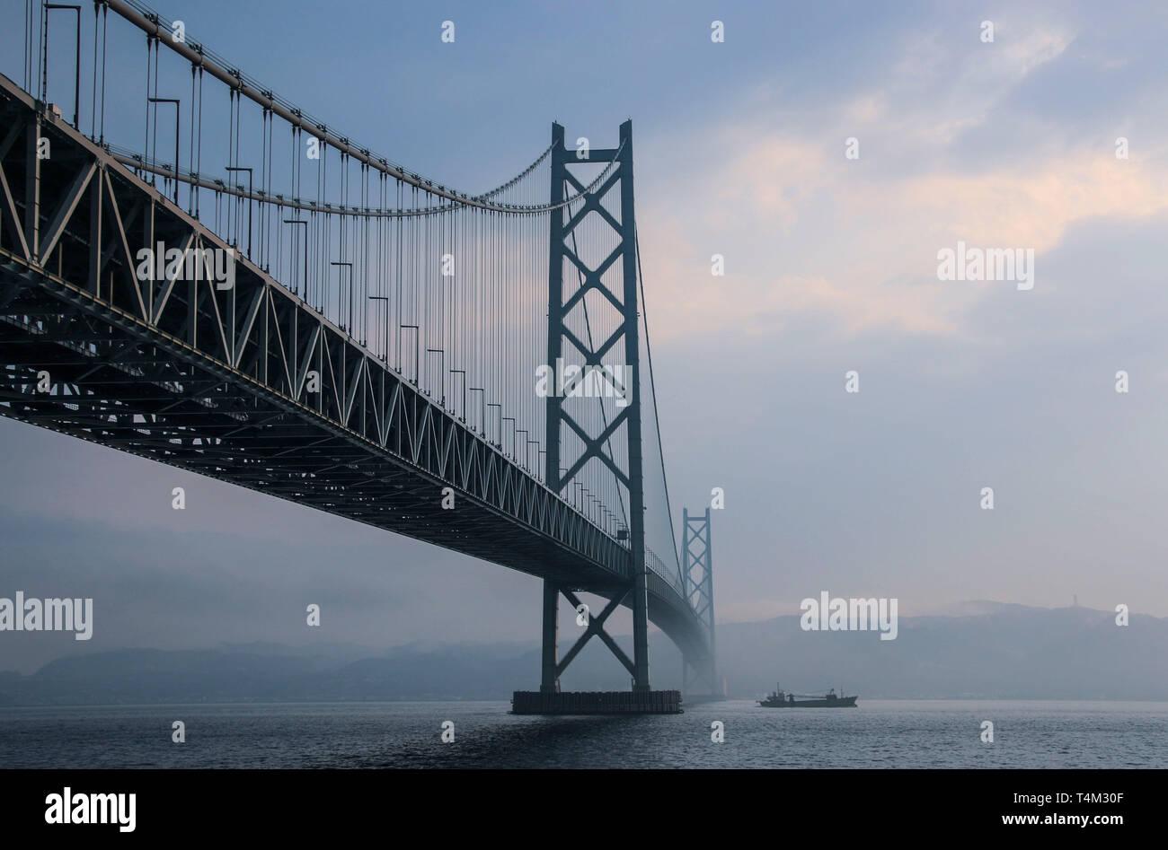 KOBE, JAPÓN - Marzo 30, 2019: Puente Akashi Kaikyo spanning el Mar Interior de Seto desde Awaji Island a Kobe, Japón. Foto de stock