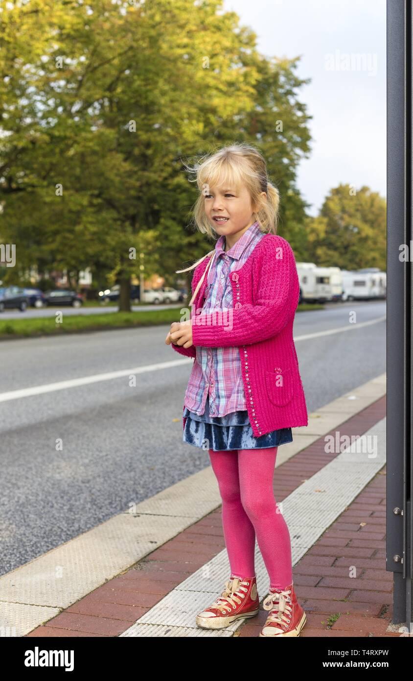 Chica (6) sobre el borde de la carretera, Kiel, Alemania, Europa Foto de stock