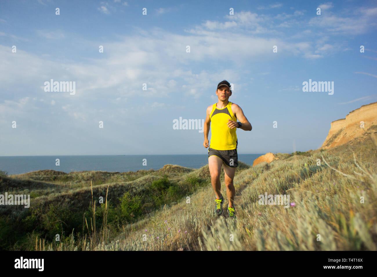 7e72ebc53cf Sport hombre corriendo en el cross country trail run. Colocar la  deslizadera macho del entrenamiento