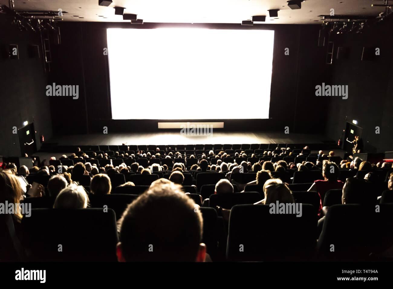 La gente en el cine. Foto de stock