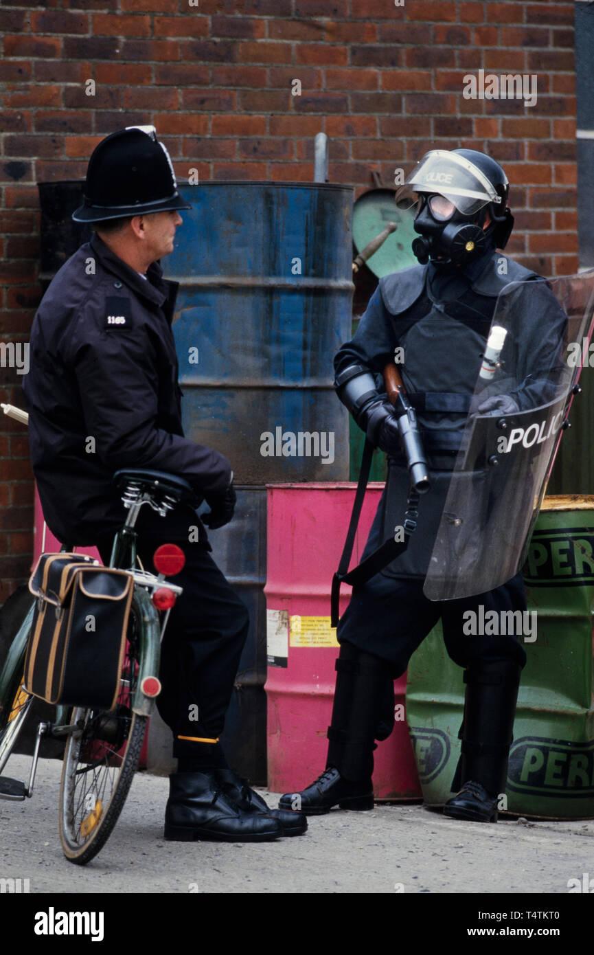 La policía británica armados con pistolas. 1986 fotografías de una serie fotografiado en 1986 mostrando el armamento de la policía británica, tradicionalmente en el momento no armados. Distribuidor de pistola en el oeste del país, el Reino Unido registra sus armas, aquí un 6 shot Excalibor gas CS que dispara balas o a una verdadera policía local en una bicicleta. La mayoría de las armas vendidas al mercado extranjero. Foto de stock
