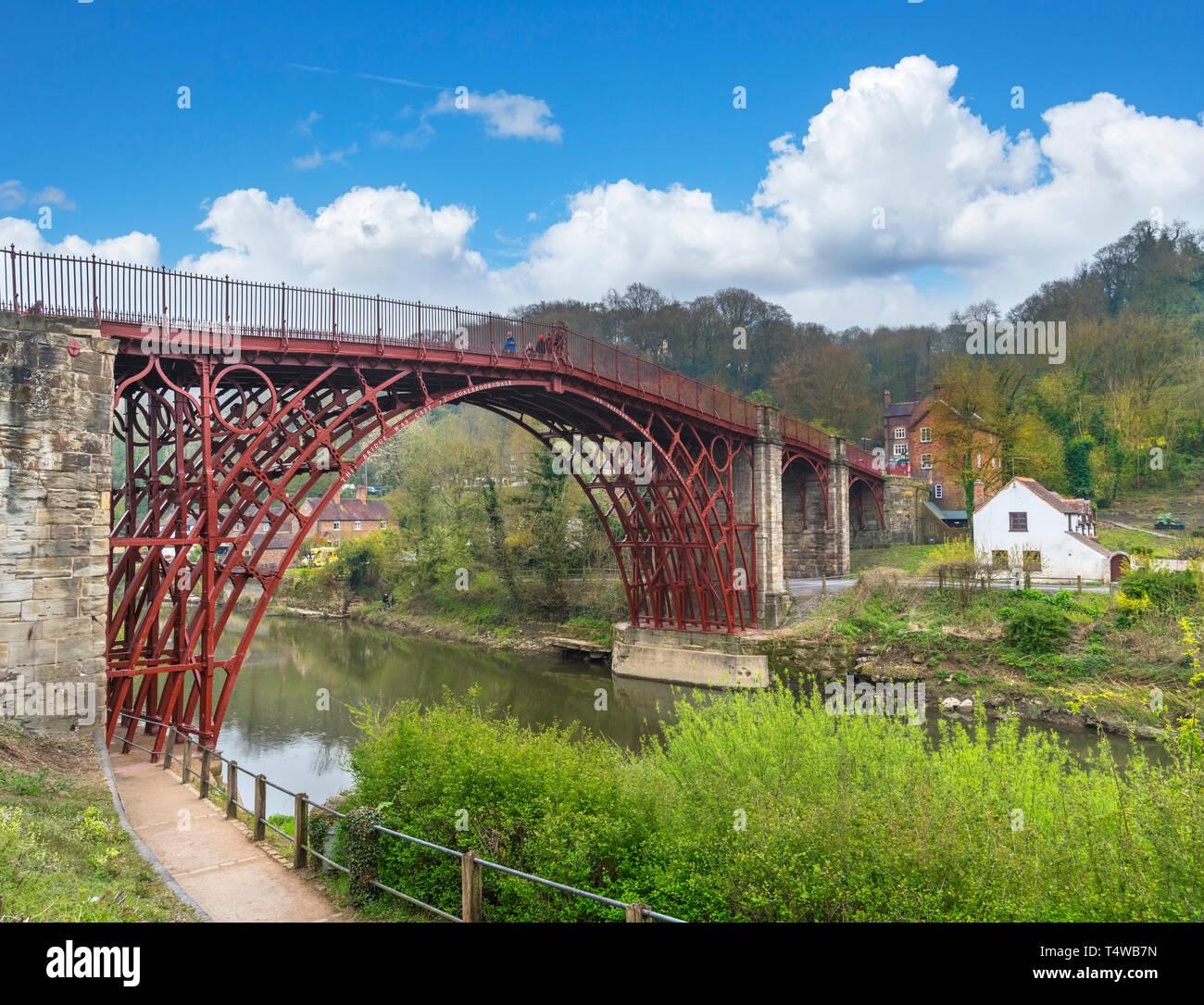 Ironbridge Gorge, Reino Unido. El histórico Puente de Hierro del siglo XVIII a través del río Severn, Ironbridge, Coalbrookdale, Shropshire, Inglaterra, Reino Unido. Foto de stock